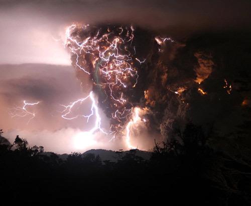 В облаке пепла вулкана чаитен в чили