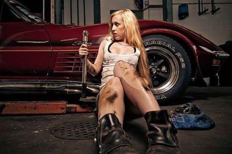 Голая ремонтирует машину