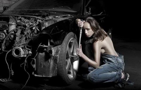 Девушка в гараже