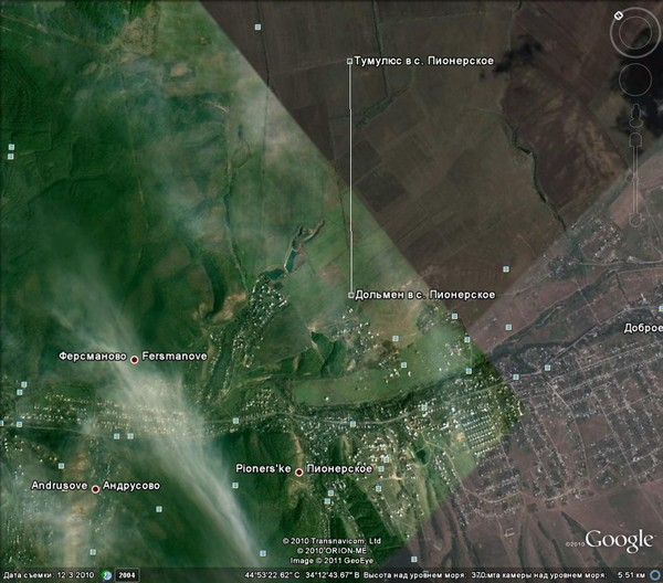 снимок из космоса месторасположений дольмена и тумулюса в Пионерском