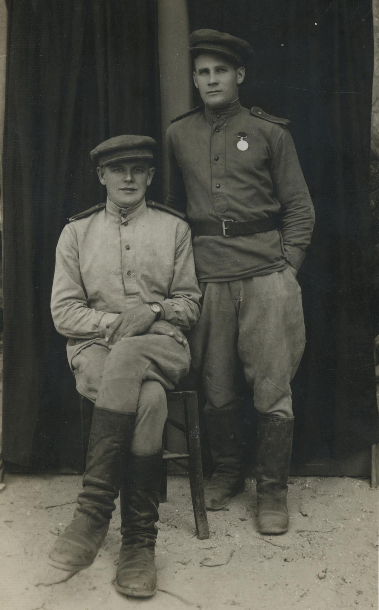 Щепотин Василий Леонтьевич (стоит)