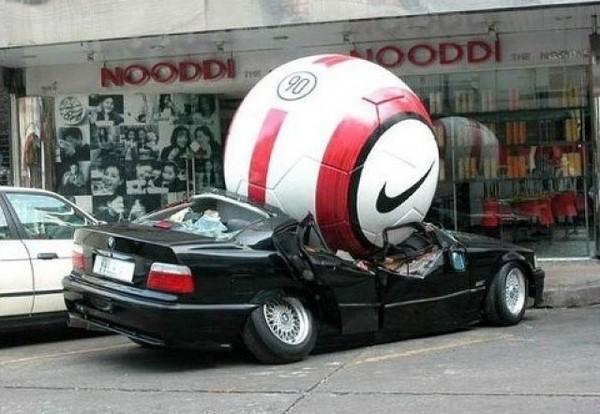 Увеличенный футбольный мяч в