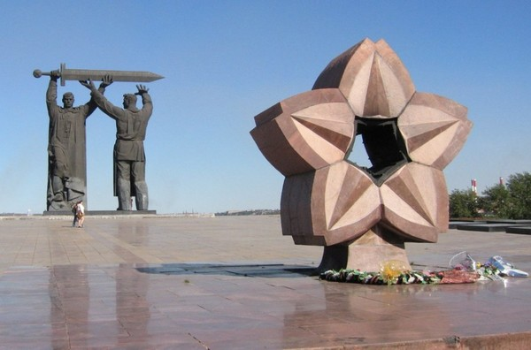 Мемориальный комплекс с барельефом в человеческий рост Оханск Мемориальный одиночный комплекс с крестом Юго-Западная