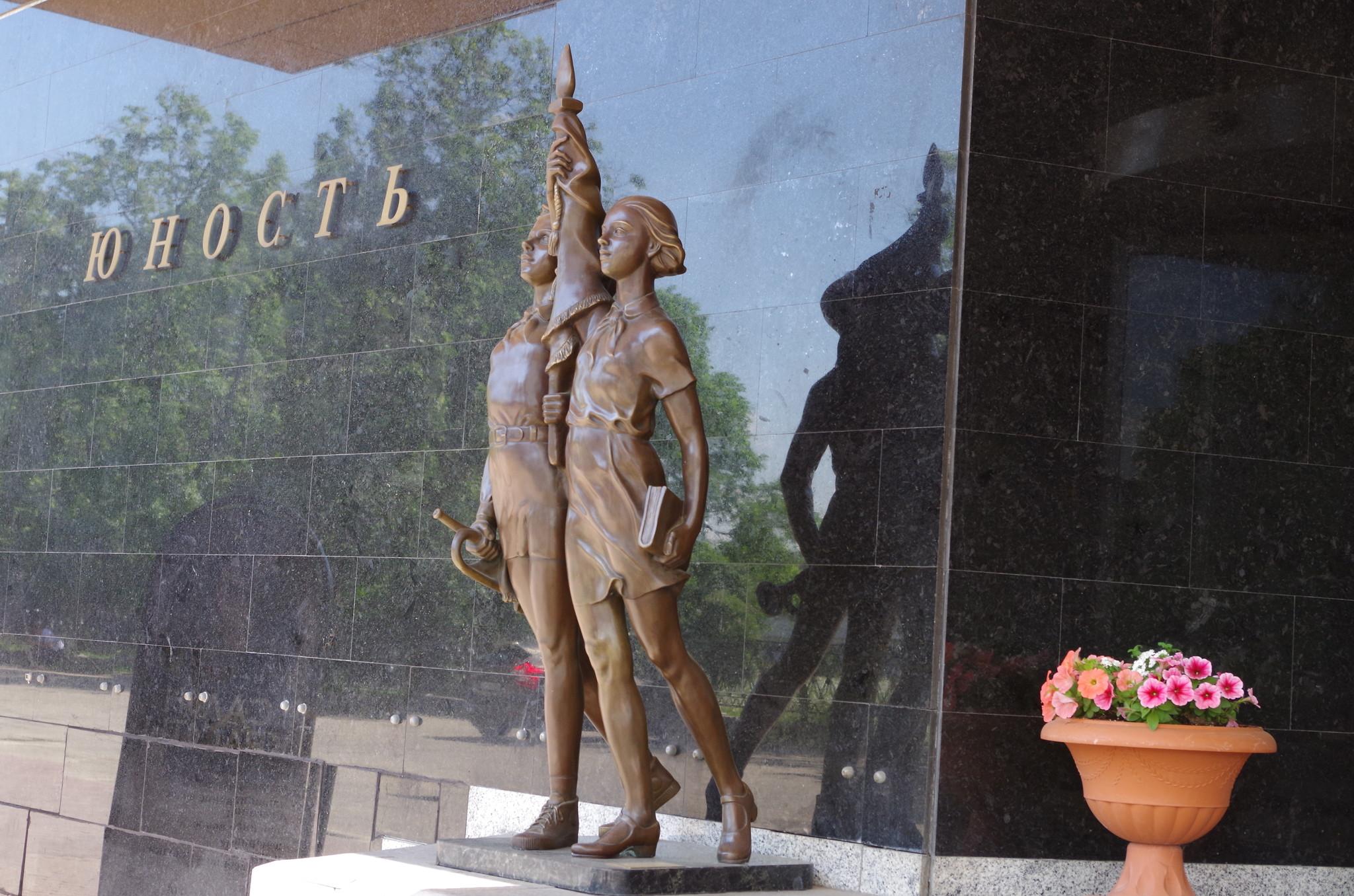 Скульптура «Ностальгия» - работа Катиба Мамедова. Установлена у московской гостиницы «Юность»