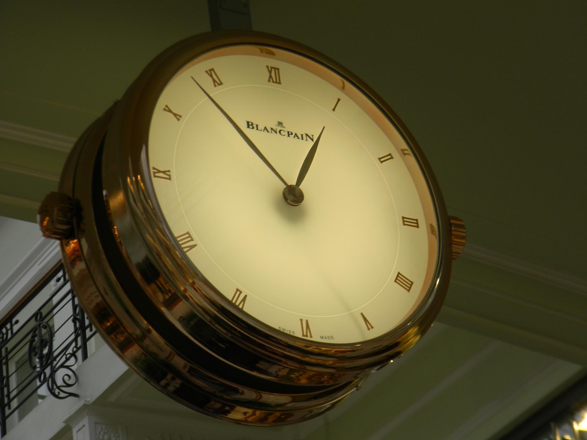 Часы в Петровском пассаже