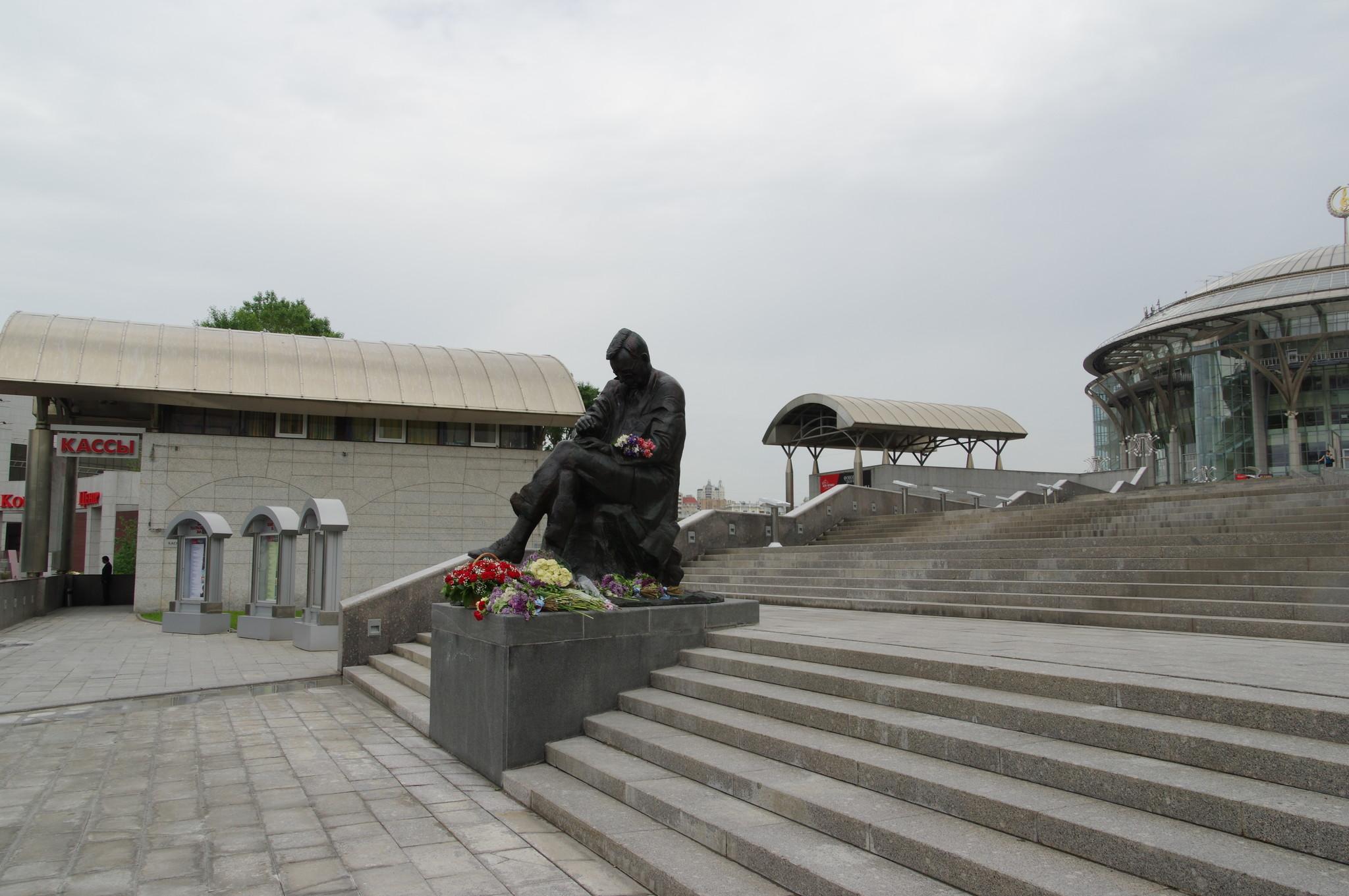 Памятник Дмитрию Шостаковичу у входа Московского Международного Дома музыки