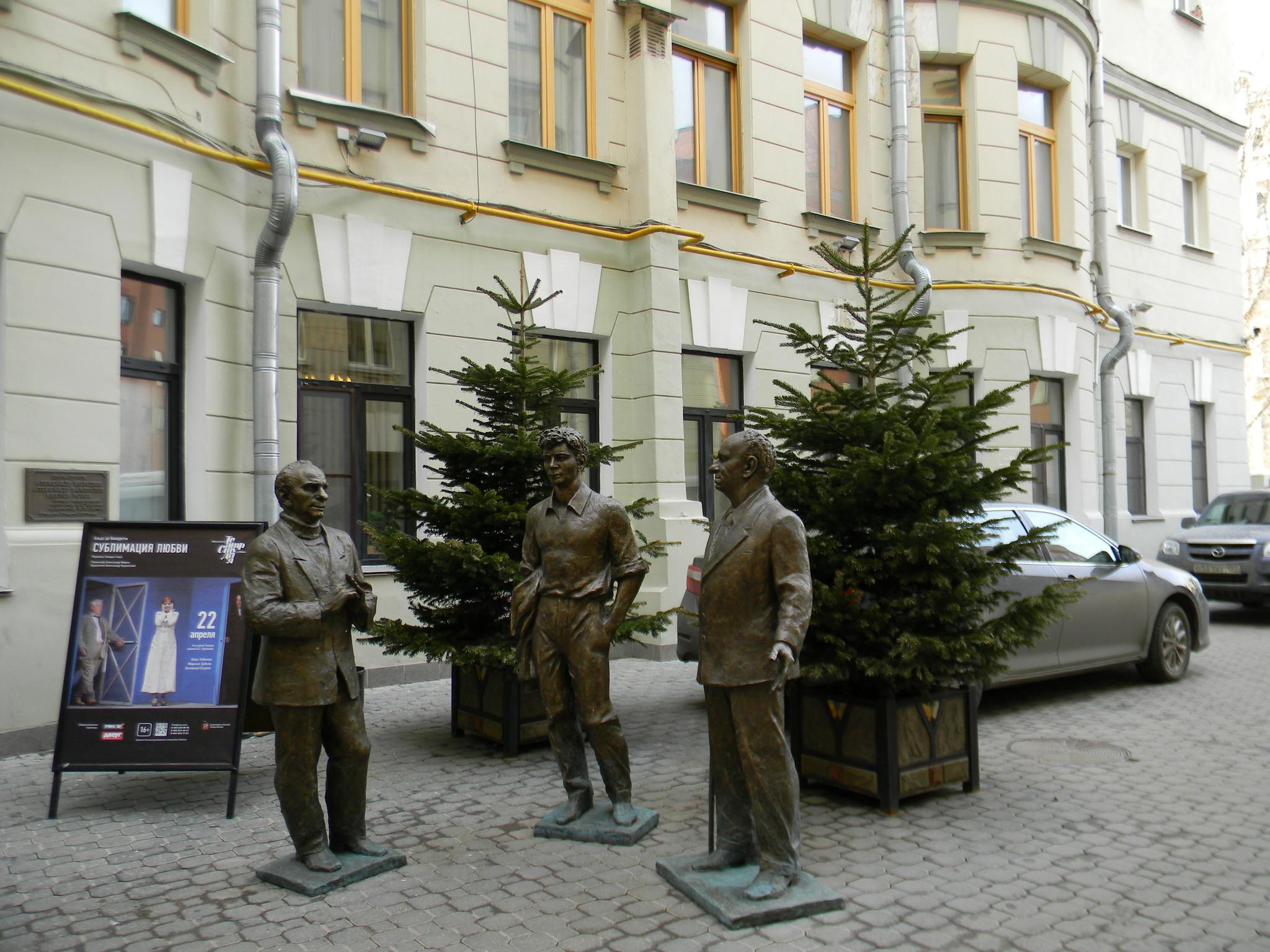 Скульптурная композиция Вампилов, Розов, Володин во дворе «Табакерки»