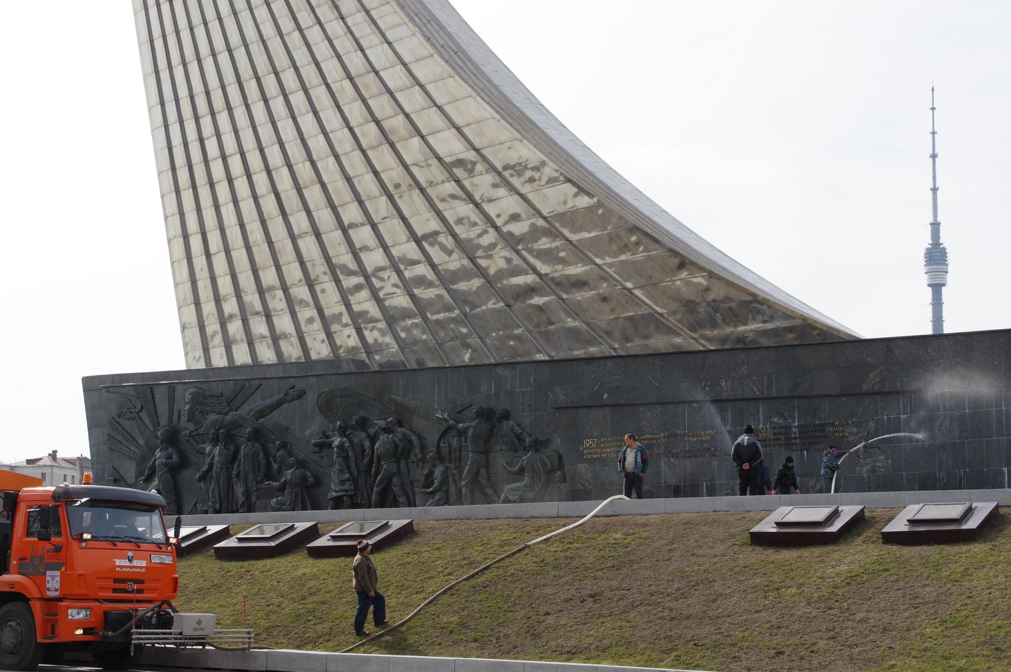 Монумент «Покорителям космоса» помыли