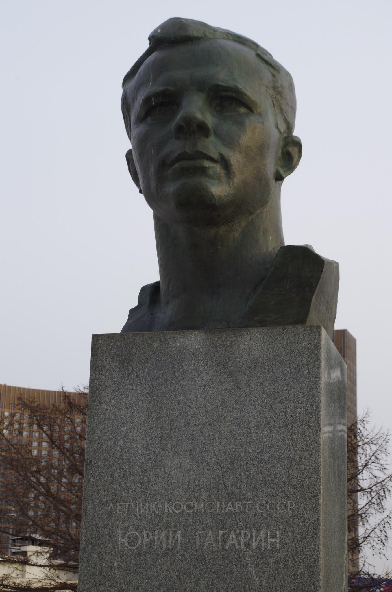 Памятник-бюст Юрию Гагарину на Аллее Космонавтов