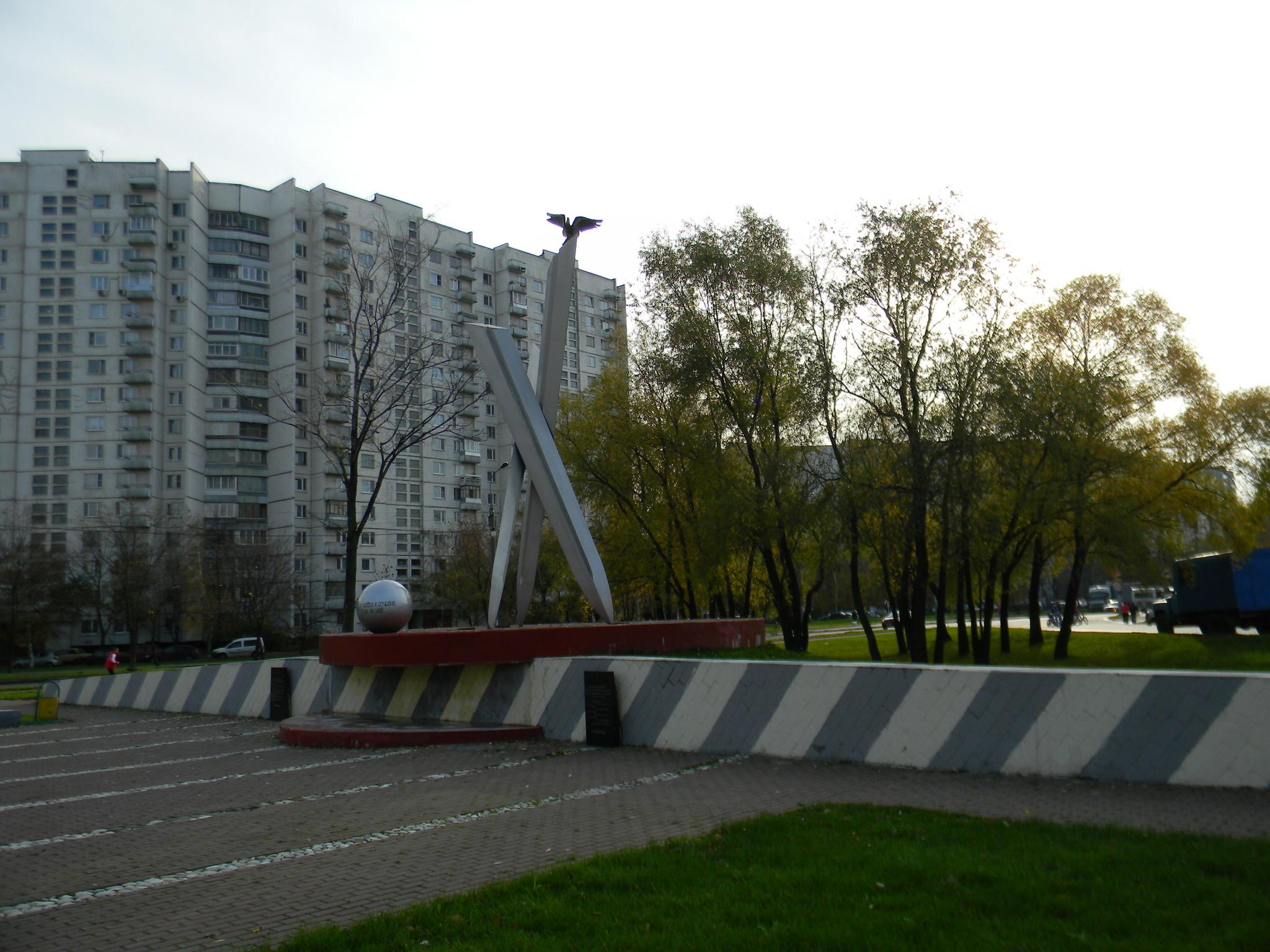 Памятник «Солдатам Отечества 20-го столетия» на пересечении улиц Плещеева и Лескова