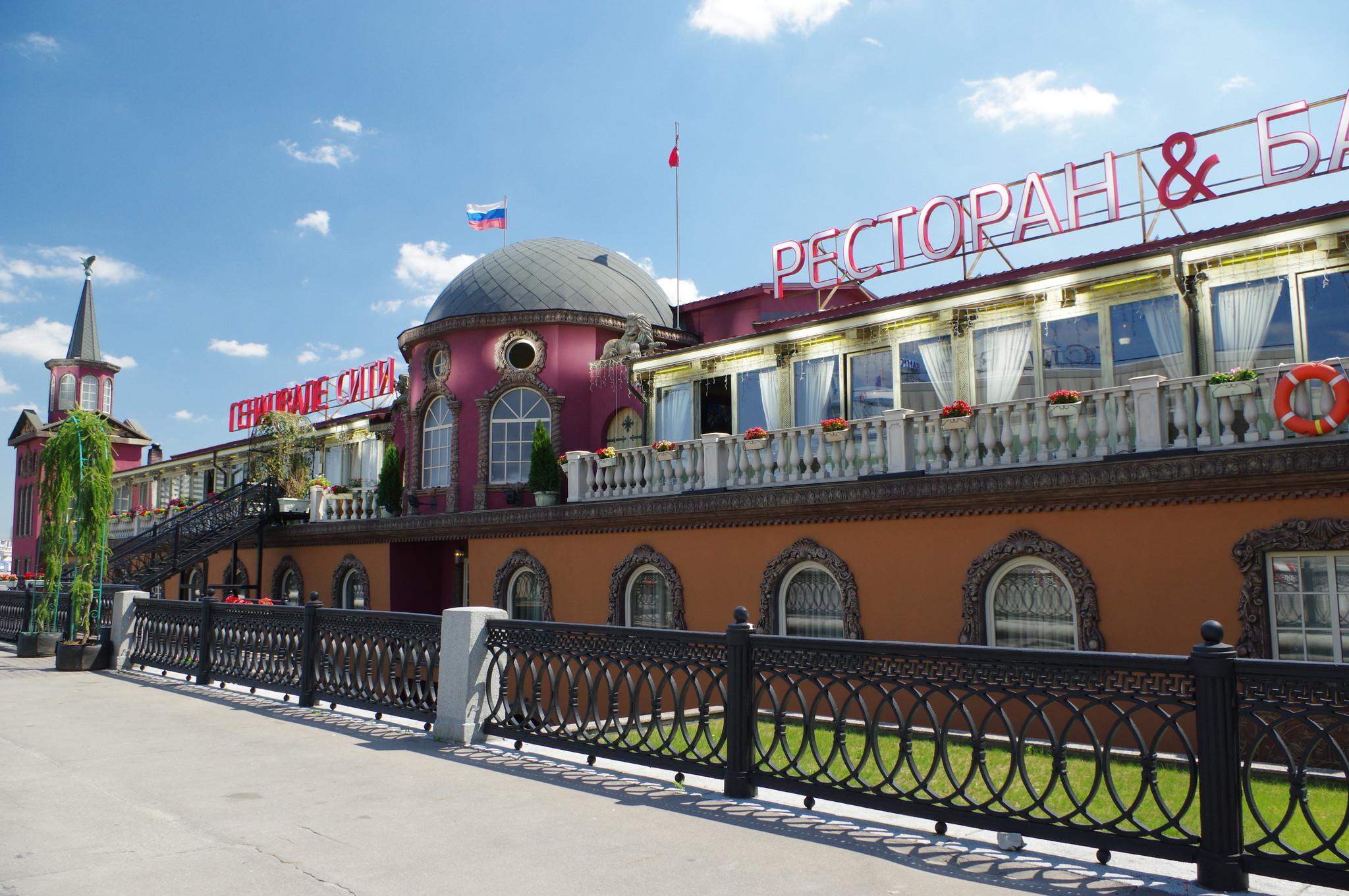 Ресторан «Генацвале-Сити» - трехпалубный дебаркадер пришвартованный на Краснопресненской набережной