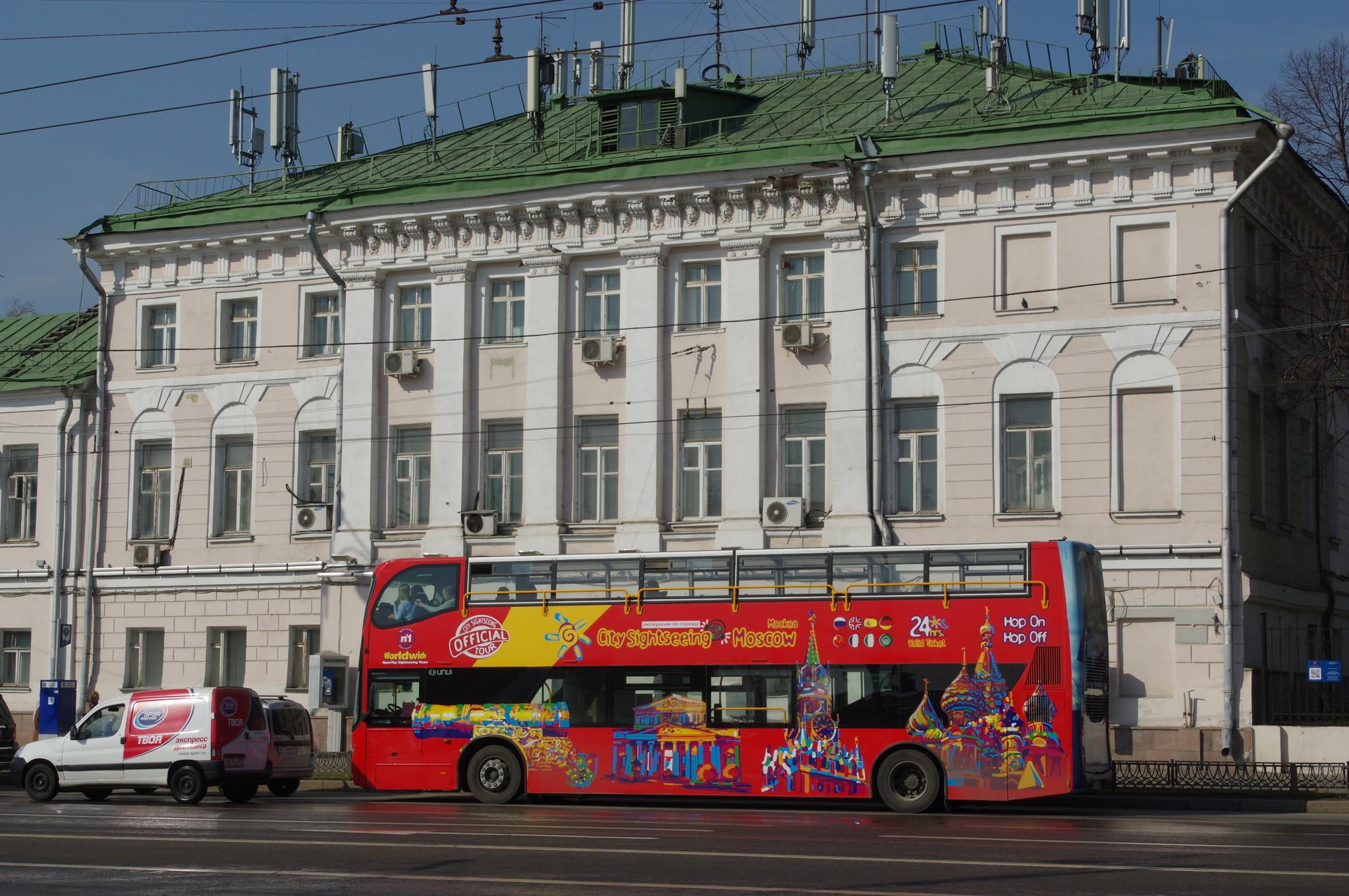 Двухэтажный автобус на улице Волхонка