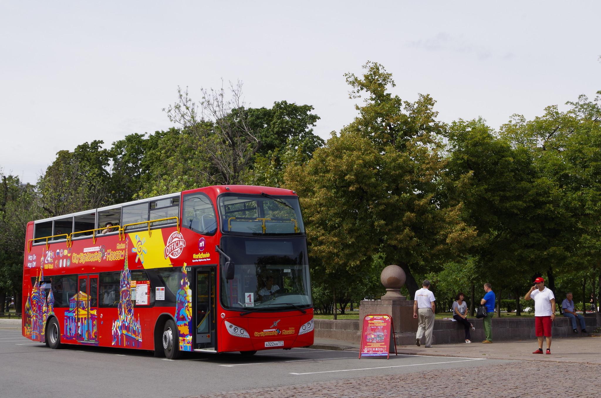 Двухэтажный автобус на Болотной площади