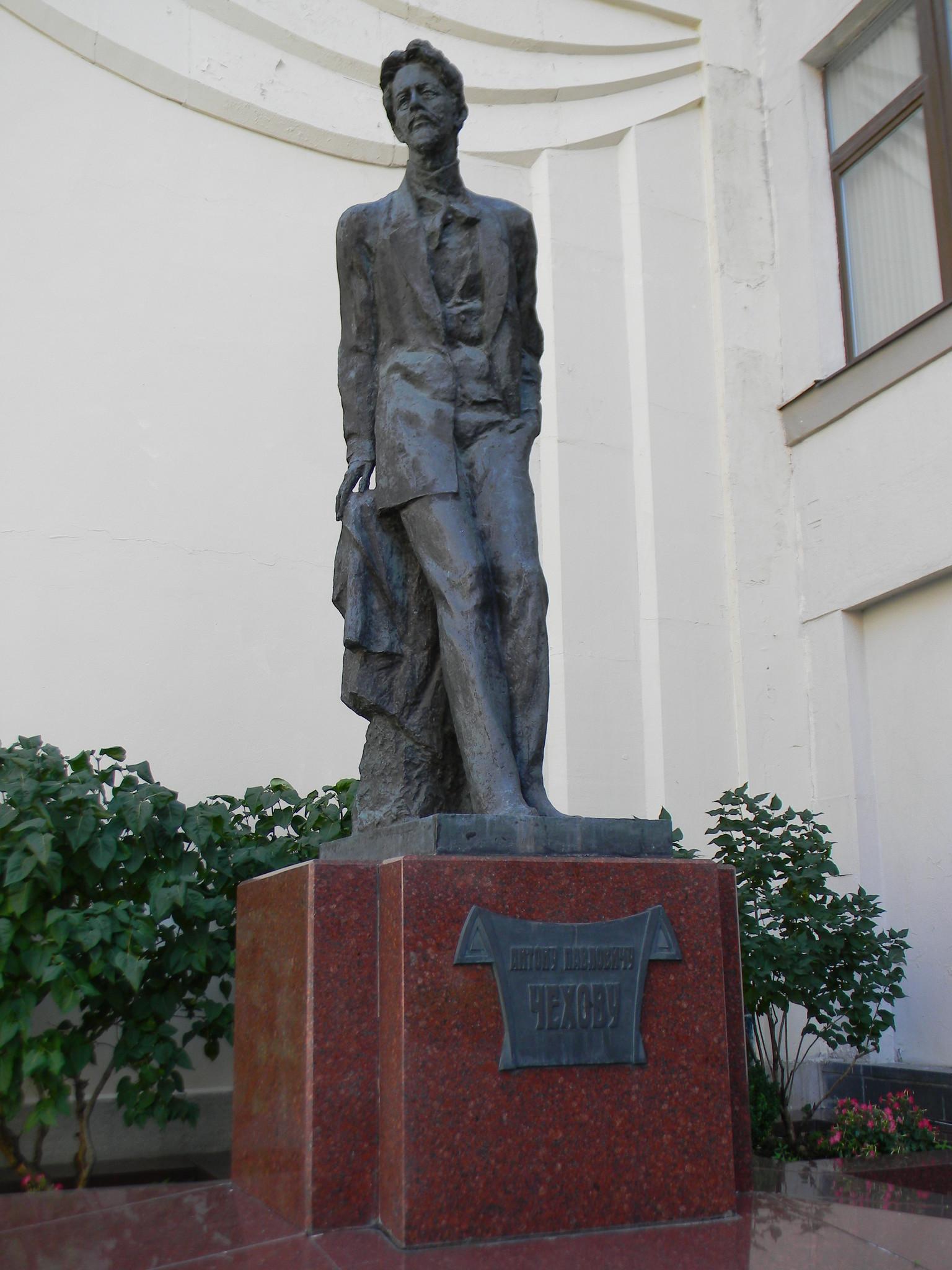 Памятник А.П. Чехову в Камергерском переулке