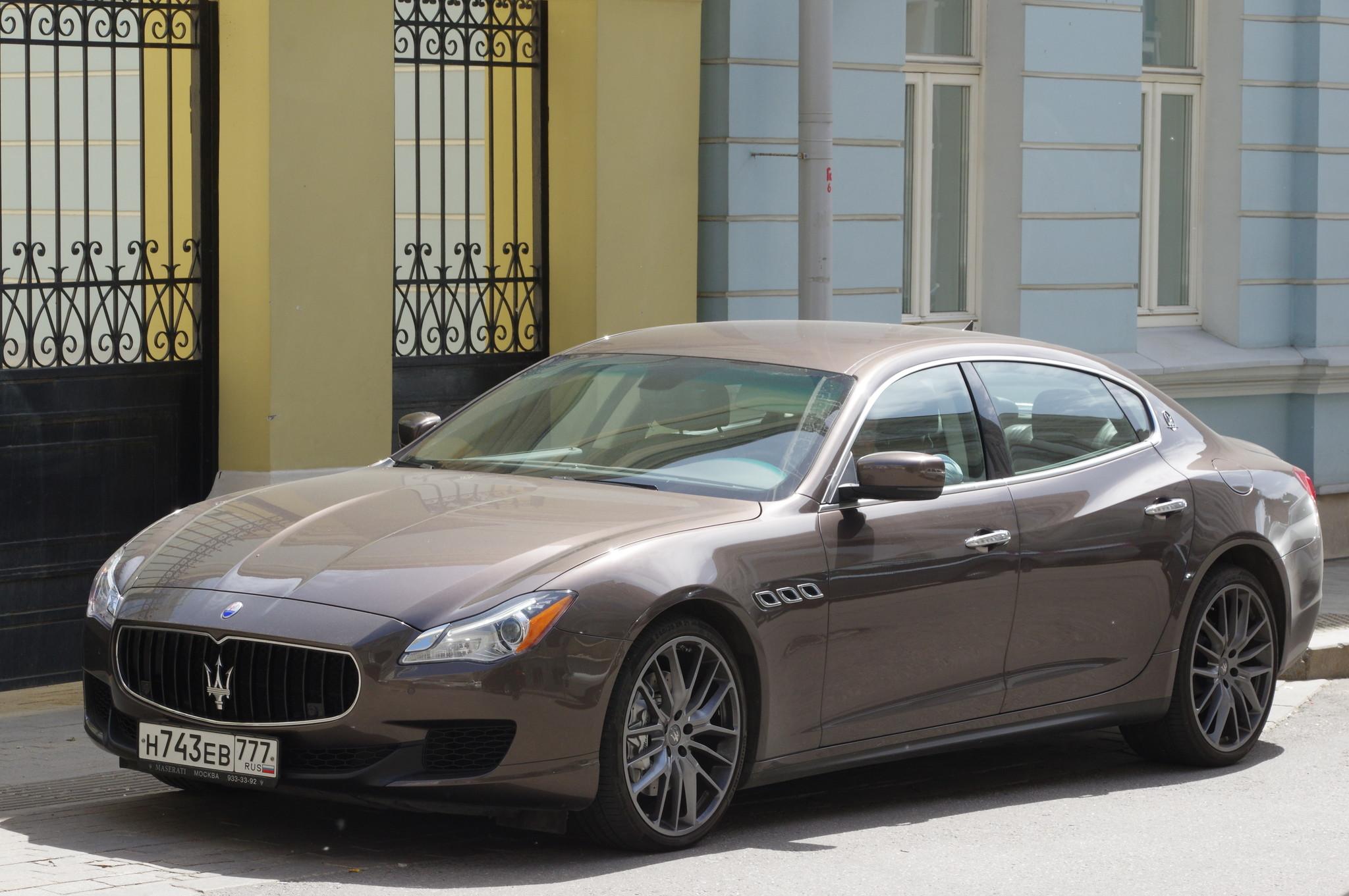 Автомобиль Maserati в Малом Знаменском переулке