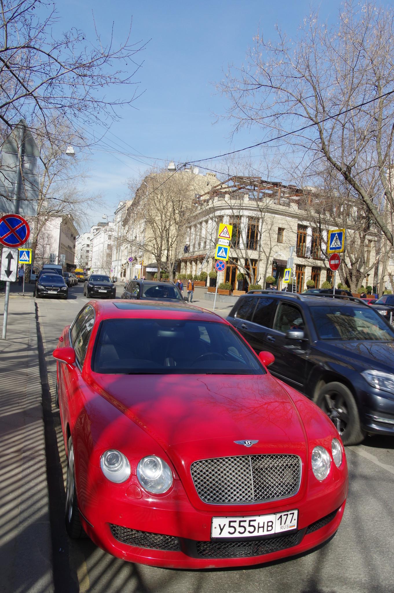 Автомобиль Bentley на Малой Бронной улице