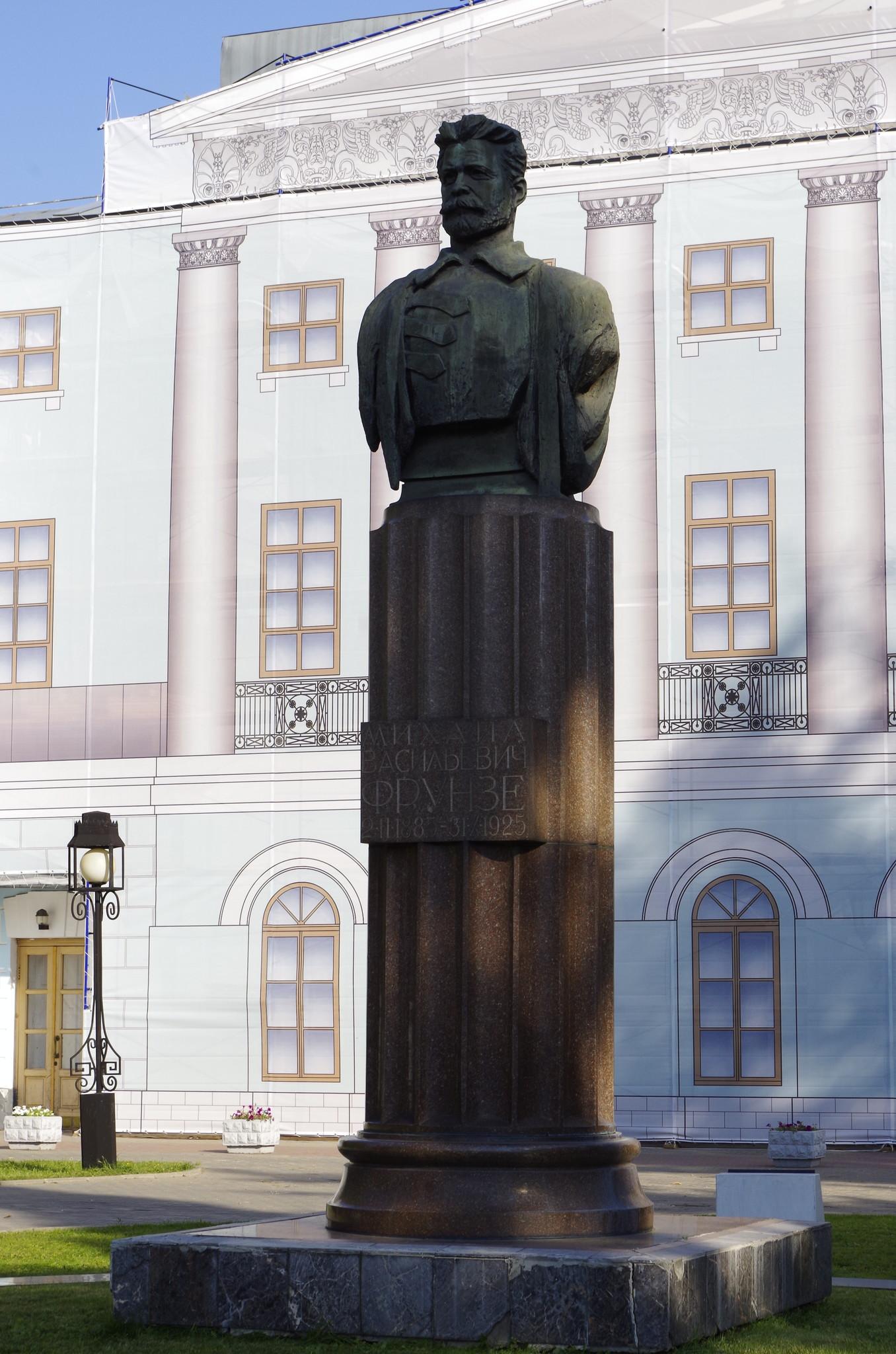 Памятник Михаилу Фрунзе у Центрального Дома Российской Армии в Москве