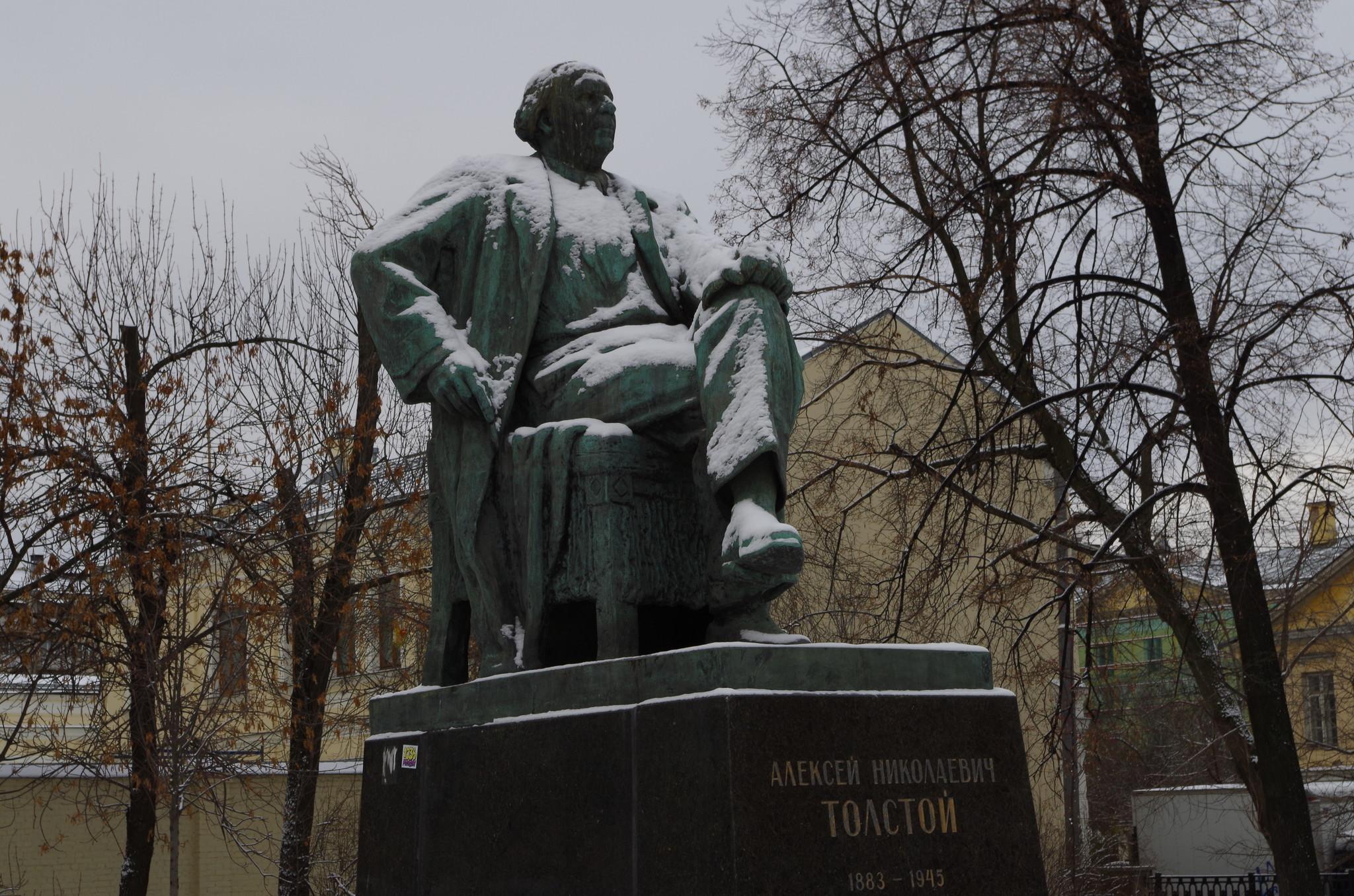 Памятник писателю Алексею Николаевичу Толстому установлен в сквере на Большой Никитской улице