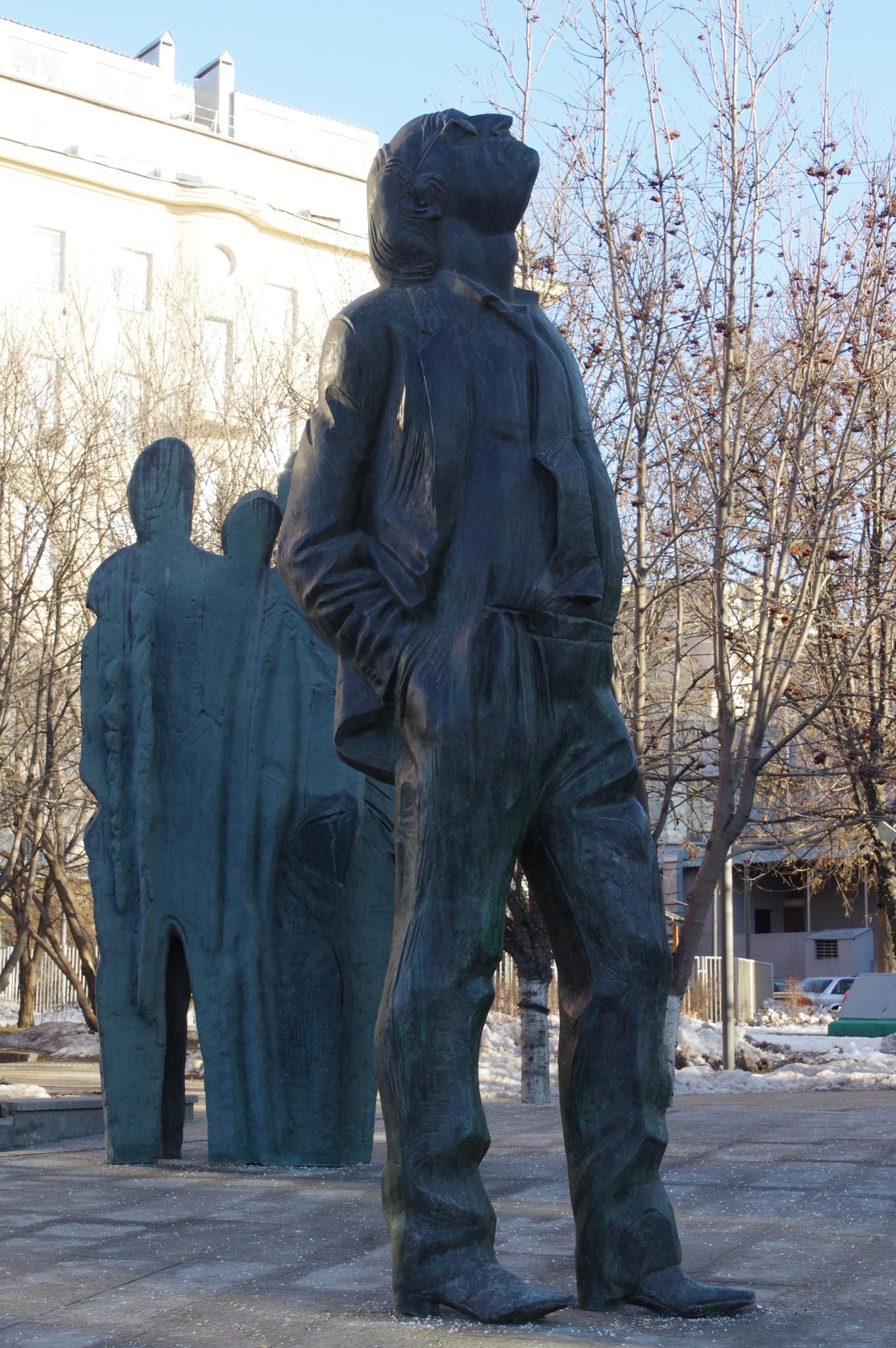 Памятник Иосифу Бродскому в скверике на Новинском бульваре