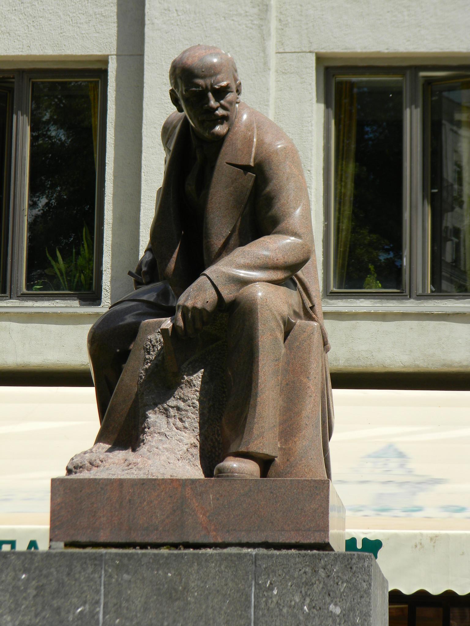 Памятник Владимиру Ильичу Ленину в сквере Тверской площади