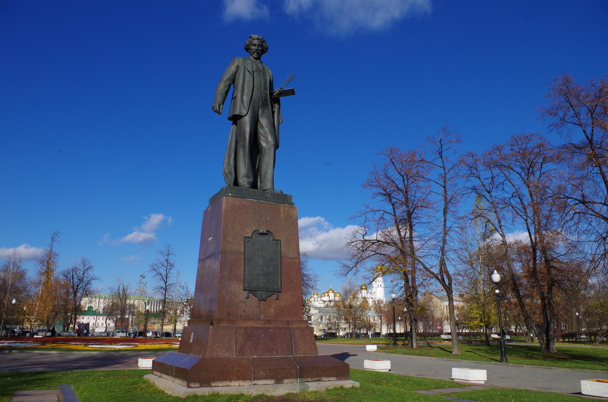 памятник Илье Ефимовичу Репину, установленный в 1958 году недалеко от Третьяковской галереи, на Болотной площади, некогда носившей имя великого русского живописца