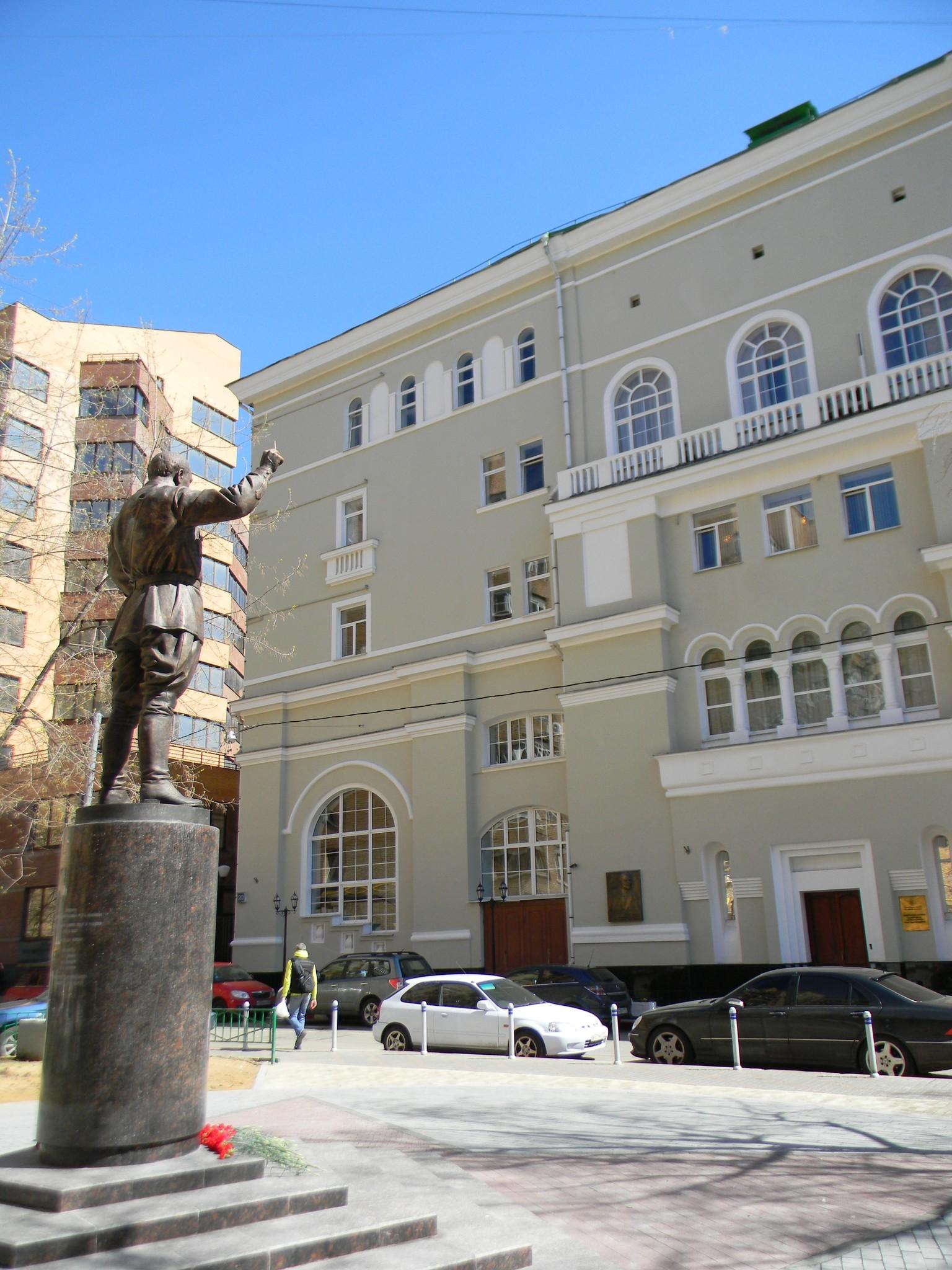Памятник А.В. Александрова в сквере перед домом № 20 в Земледельческом переулке