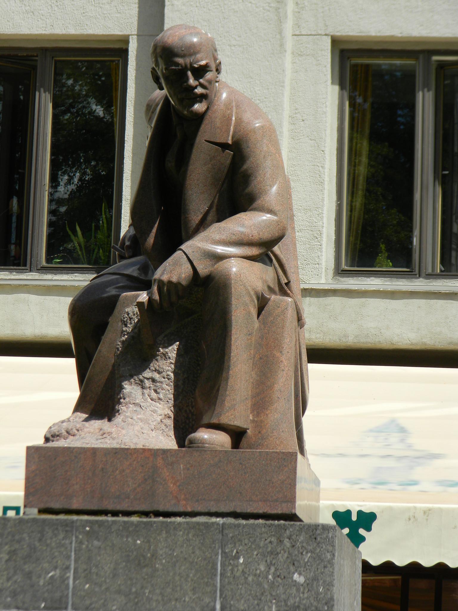 Памятник В.И. Ленину в сквере Тверской площади