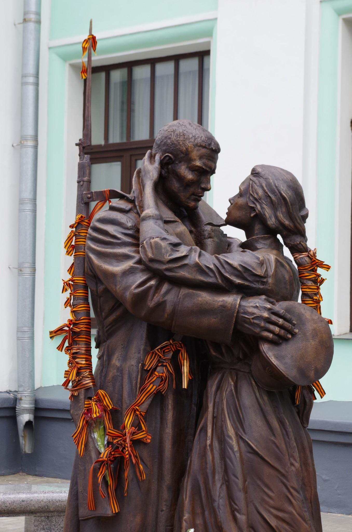 Бронзовый монумент «Прощание славянки» на Белорусском вокзале в Москве