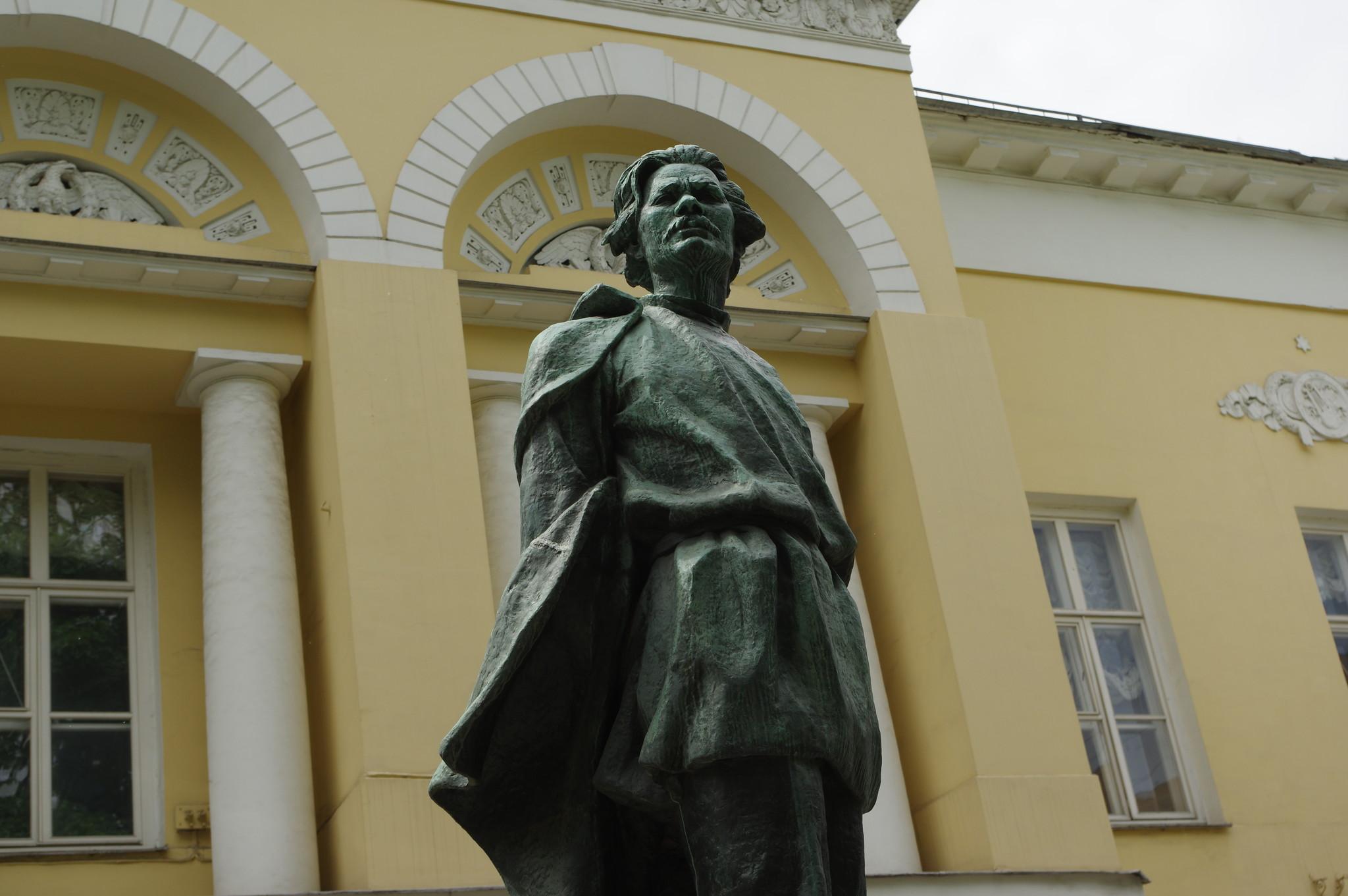 Памятник Максиму Горькому в Москве был открыт на территории бывшей усадьбы Гагариных 11 января 1956 года