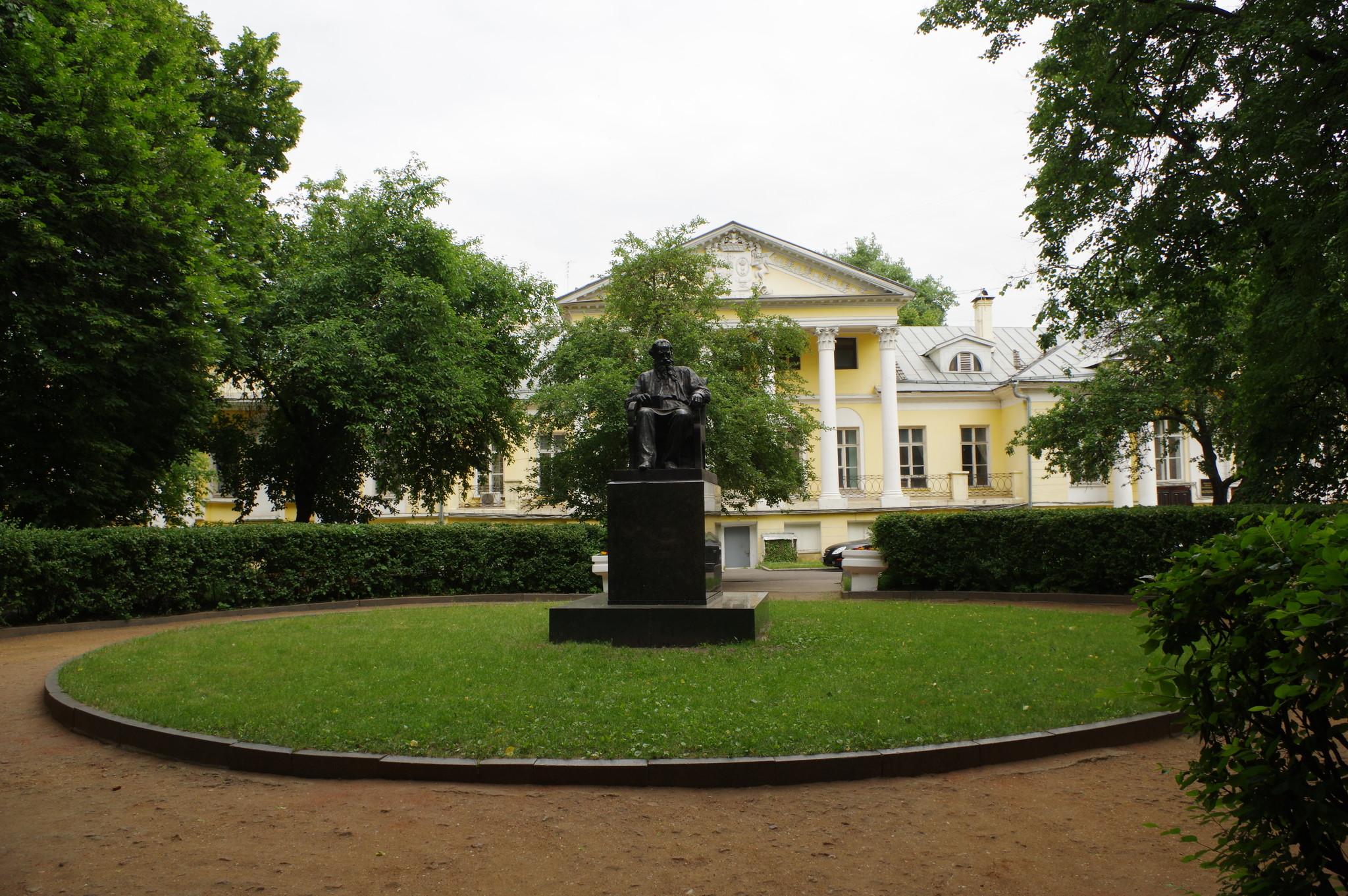 Памятник Льву Николаевичу Толстому торжественно открыли во дворе городской усадьбы (Улица Поварская, дом 52) в 1956 году