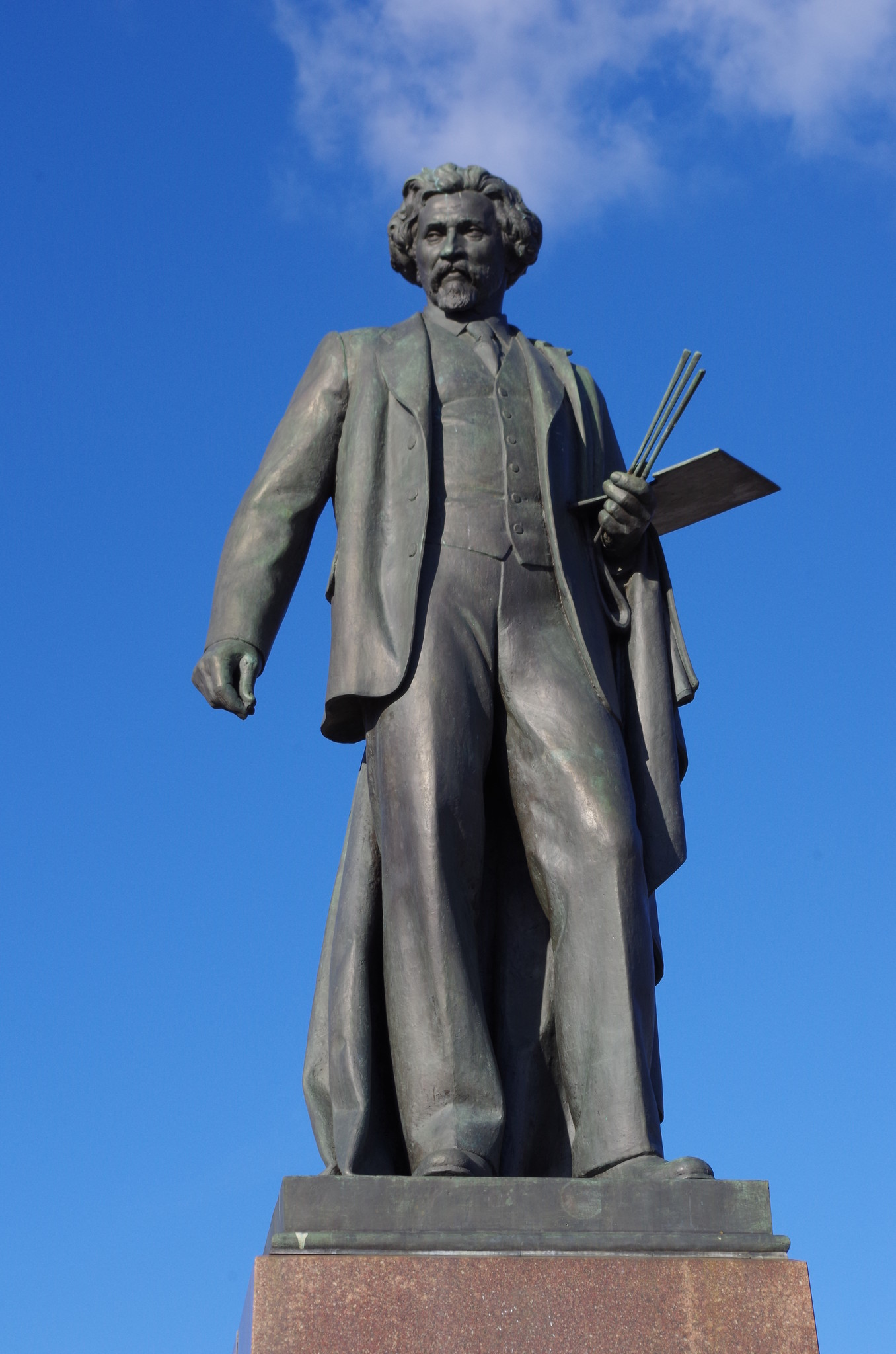 В 1958 году на Болотной площади был открыт памятник И.Е. Репину