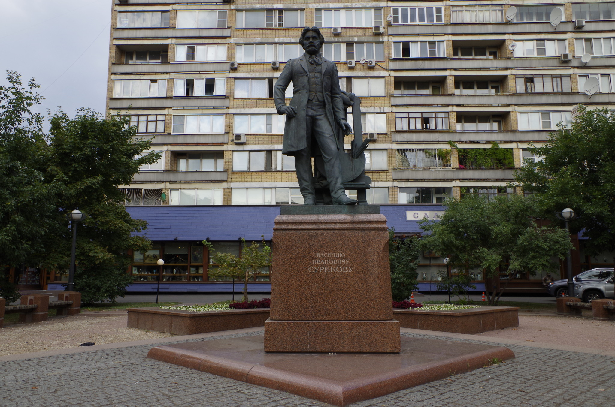Памятник В.И. Сурикову (скульптор - М.В. Переяславец, архитектор А.П. Семёнов) открыт в 2003 году