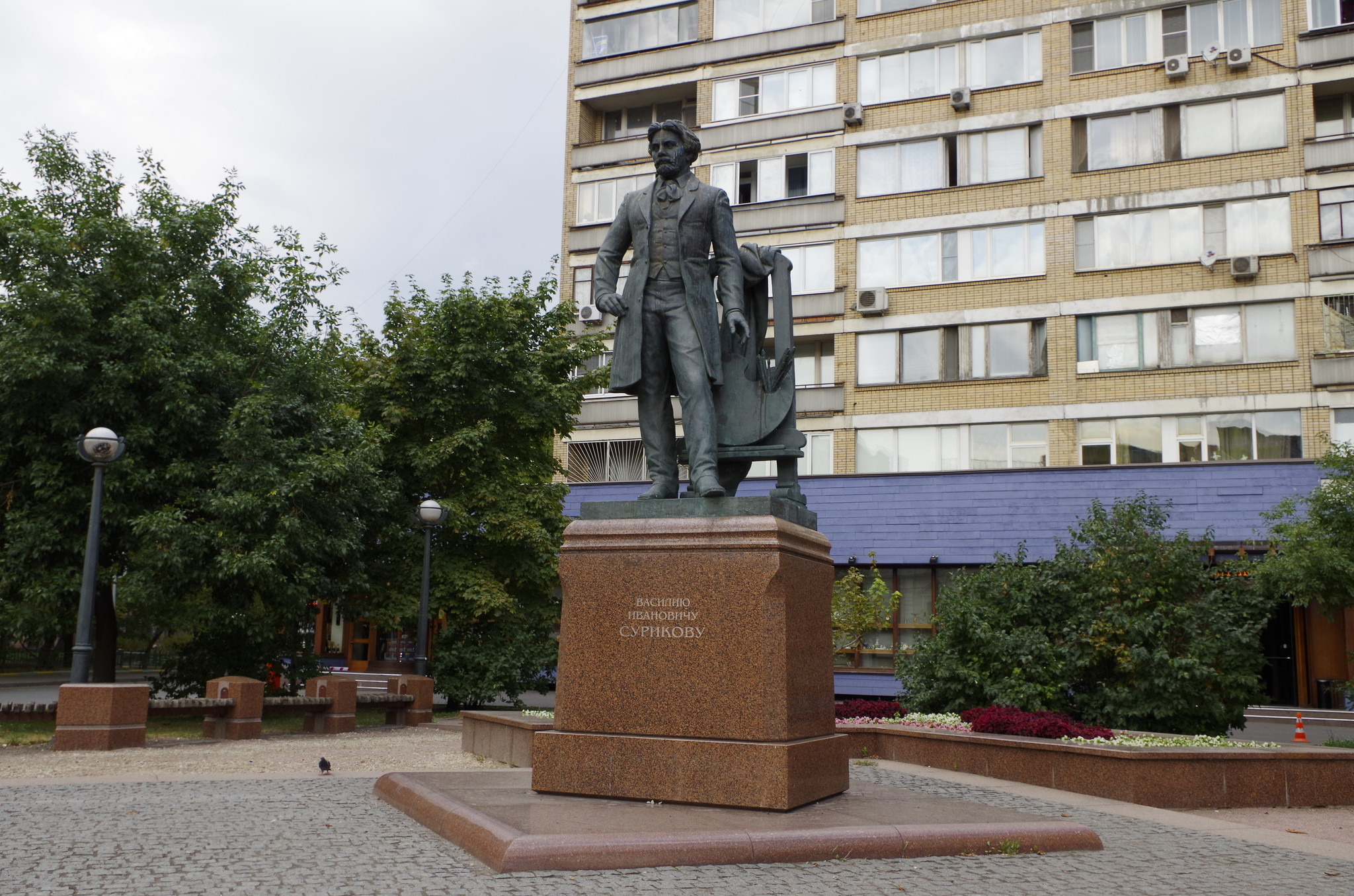 Памятник В.И. Сурикову перед зданием Российской академии художеств на Пречистенской улице в сквере