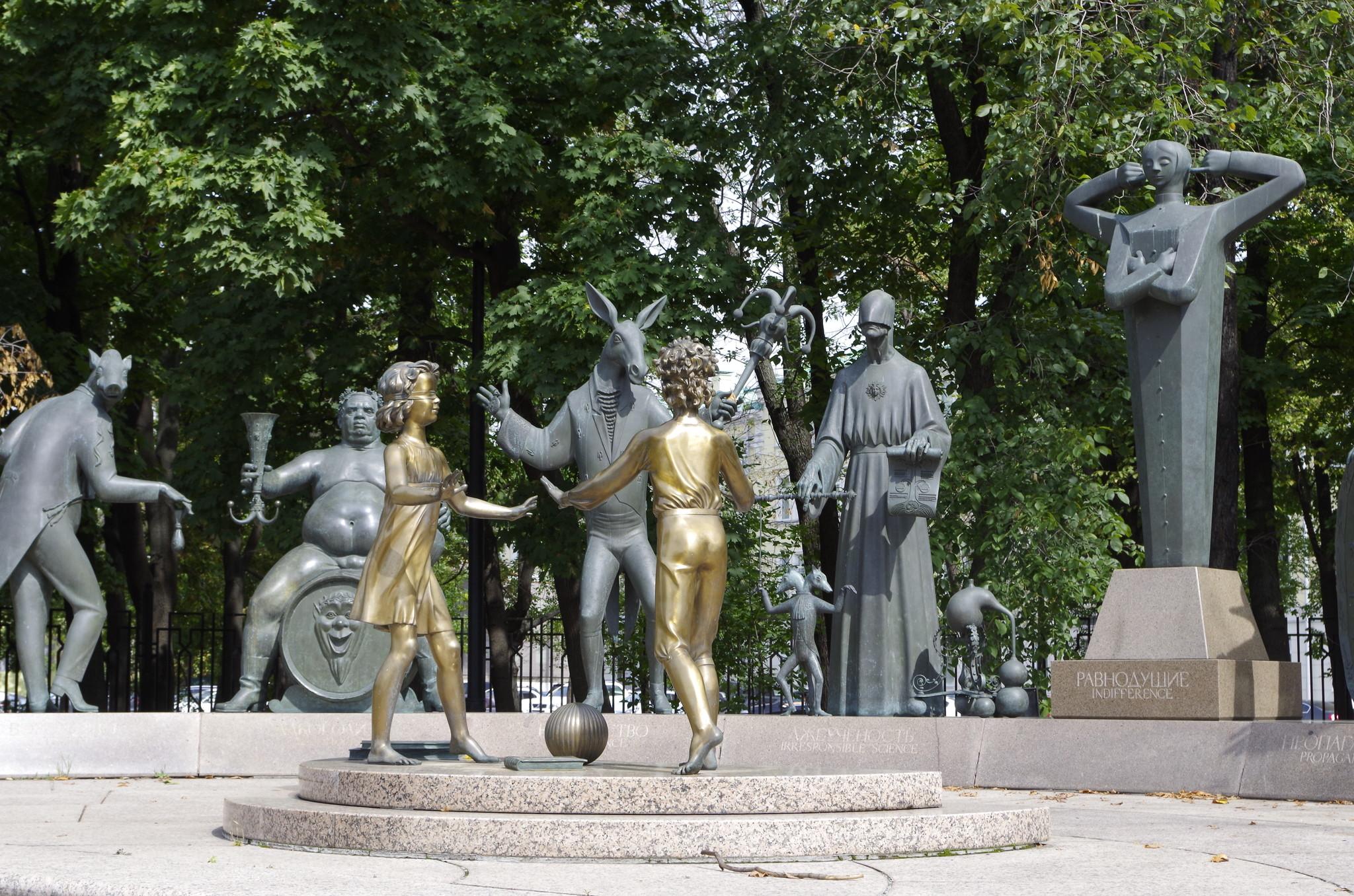 Скульптурная композиция «Дети — жертвы пороков взрослых» на Болотной площади