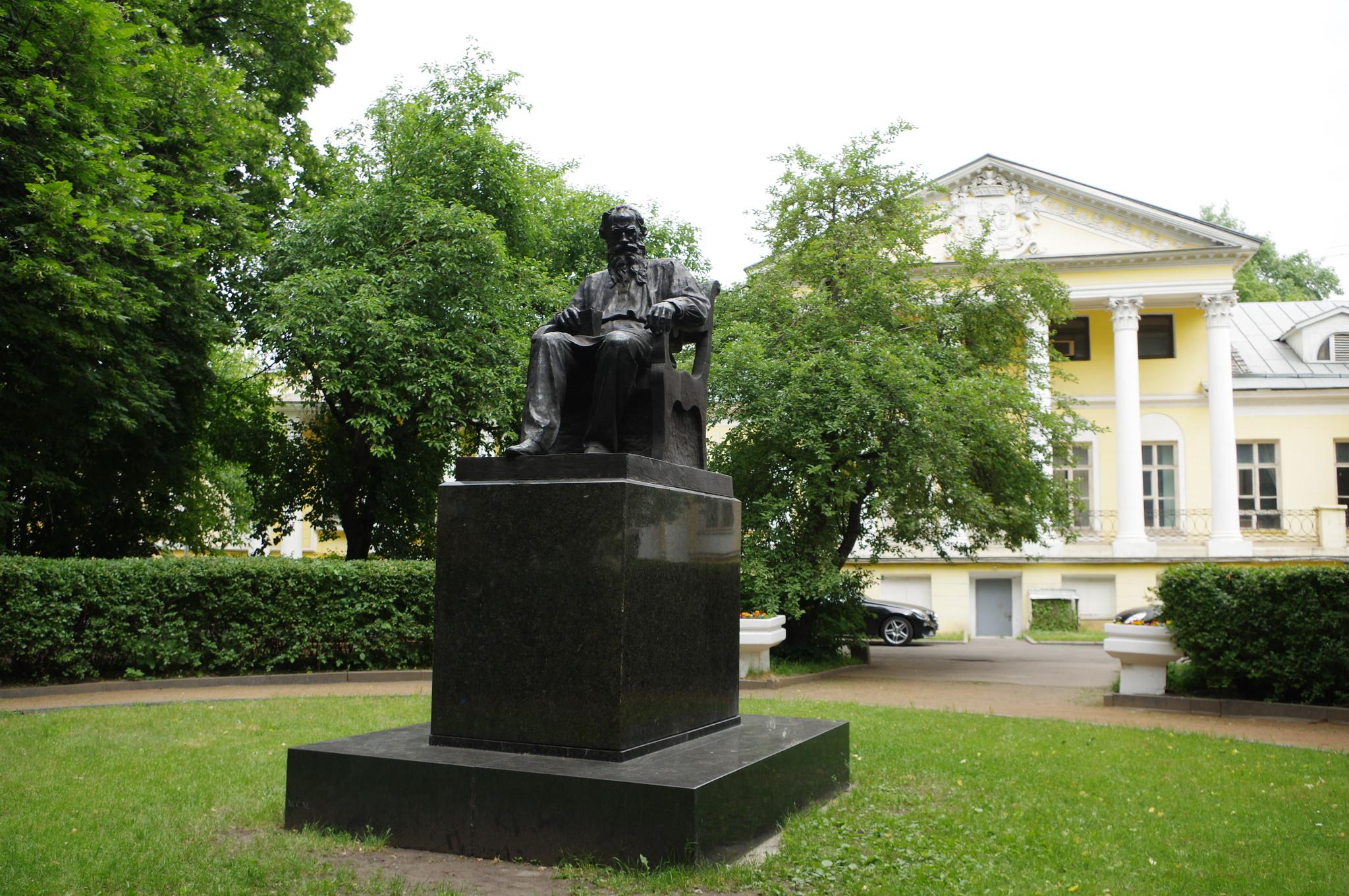 Памятник Льву Николаевичу Толстому скульптора Г.Н. Новокрещёновой в Москве