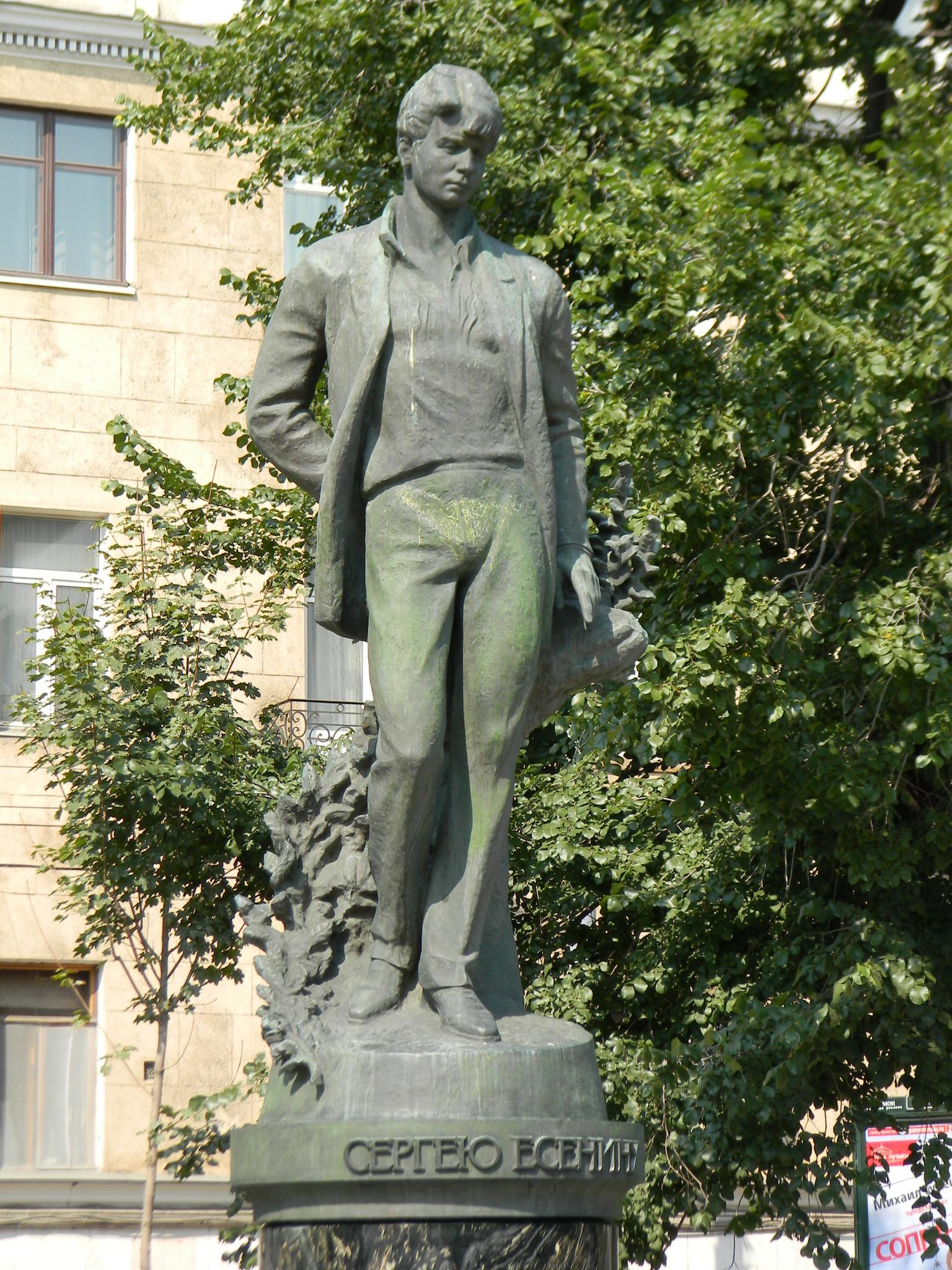 Памятник одному из самых известных русских поэтов XX века Сергею Александровичу Есенину