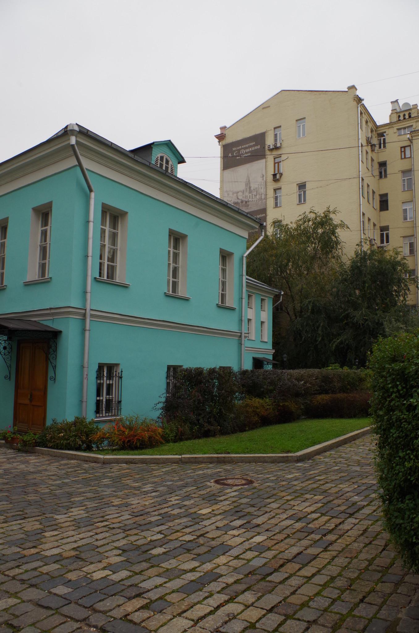 В доме № 53 по улице Арбат располагается музей «Мемориальная квартира А.С. Пушкина»