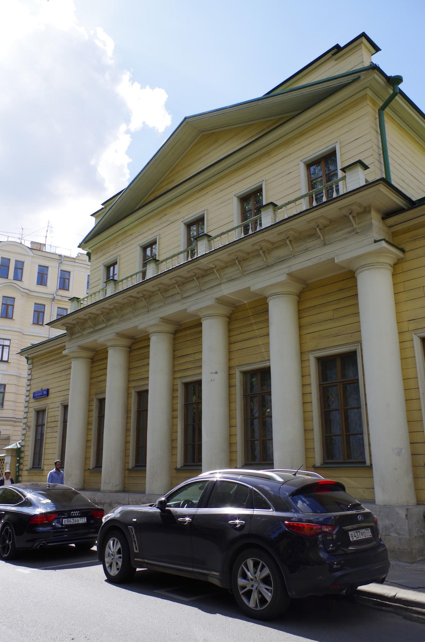 Здание 9 в Денежном переулке известно как дом Поливанова