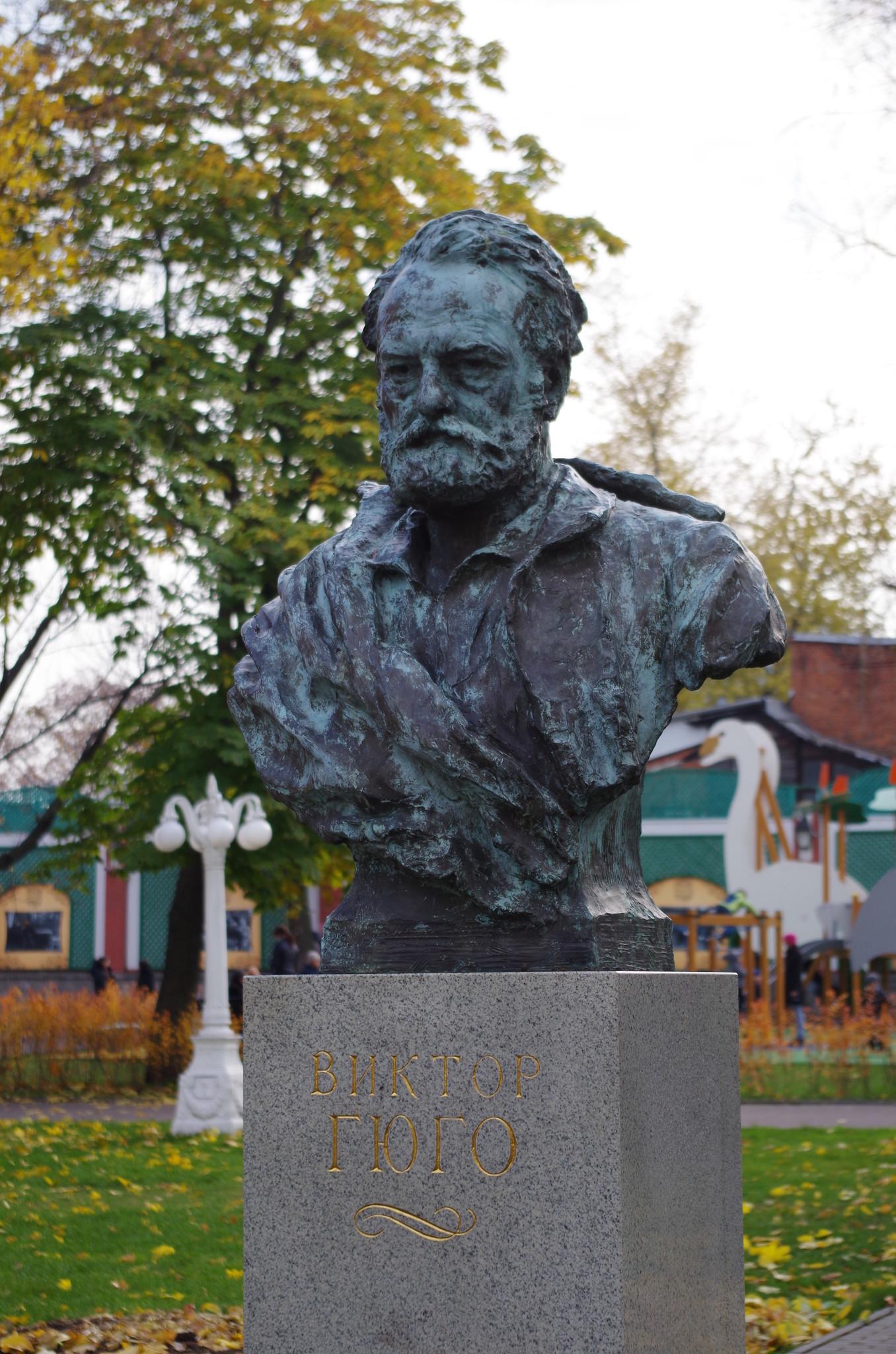 Памятник-бюст Виктору Гюго в саду