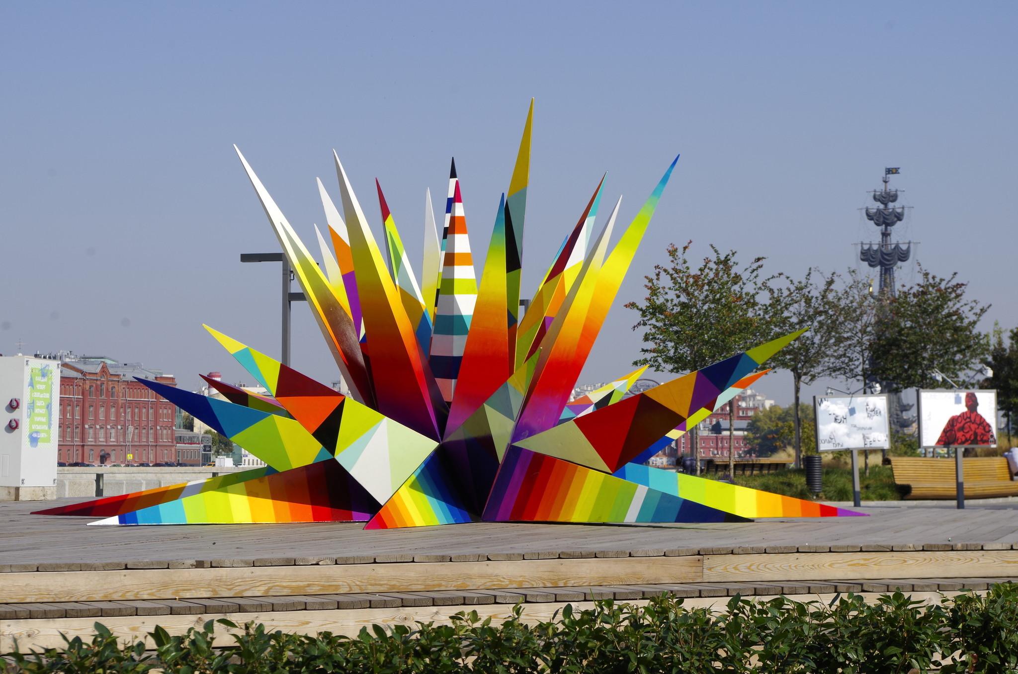Объект public art испанского художника Okuda на территории парка искусств МУЗЕОН