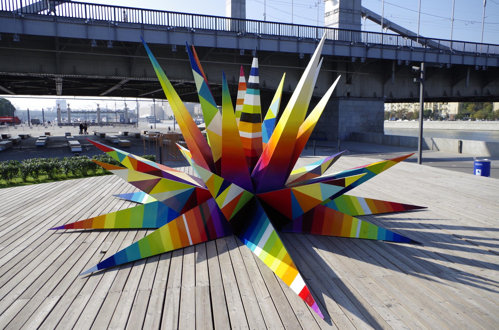 Острые формы и яркие оттенки грандиозной геометрической конструкции видны и с Крымского моста