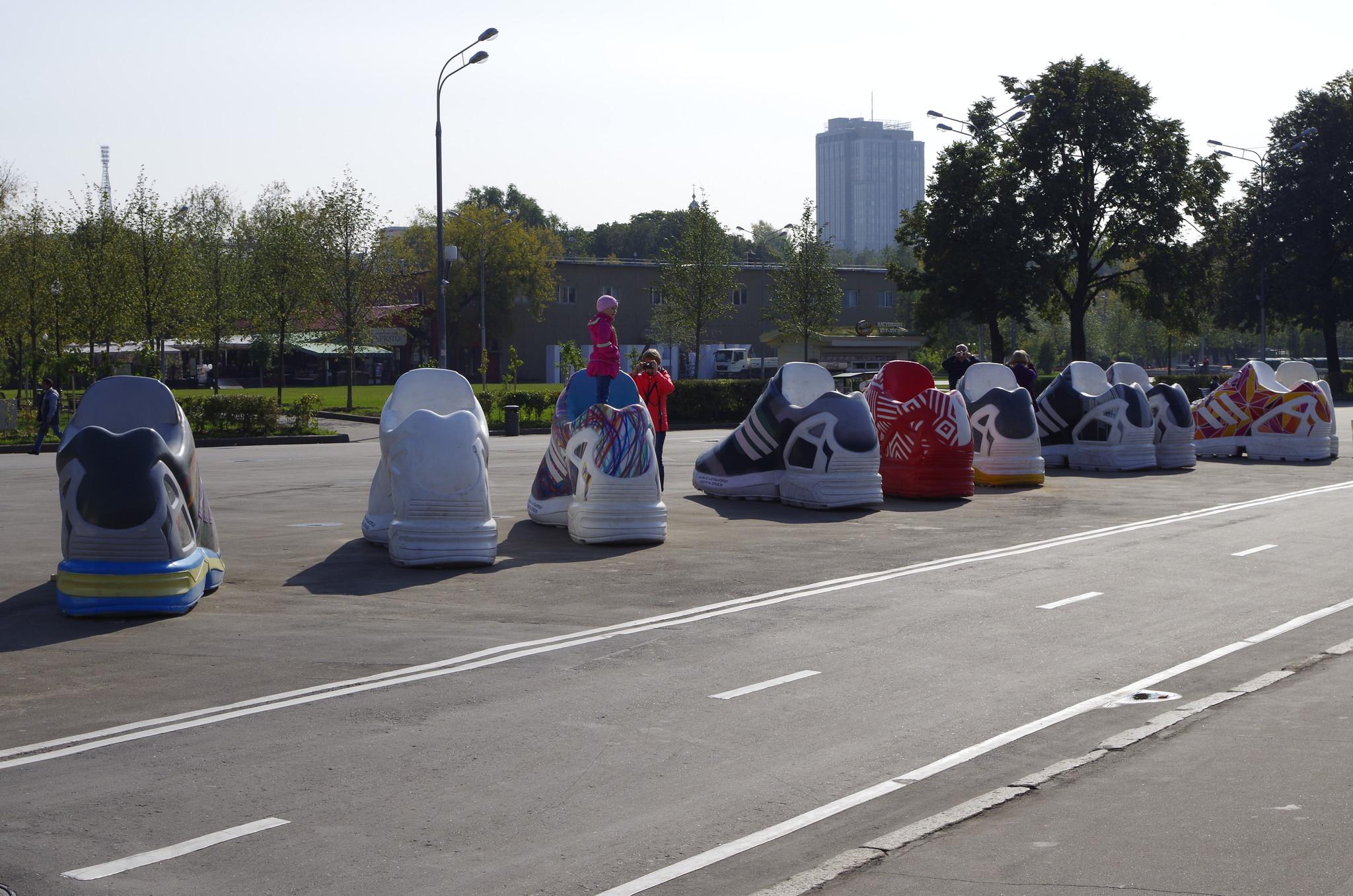 В рамках проекта «Ода городу» в Парке Горького уже появились гигантские кроссовки