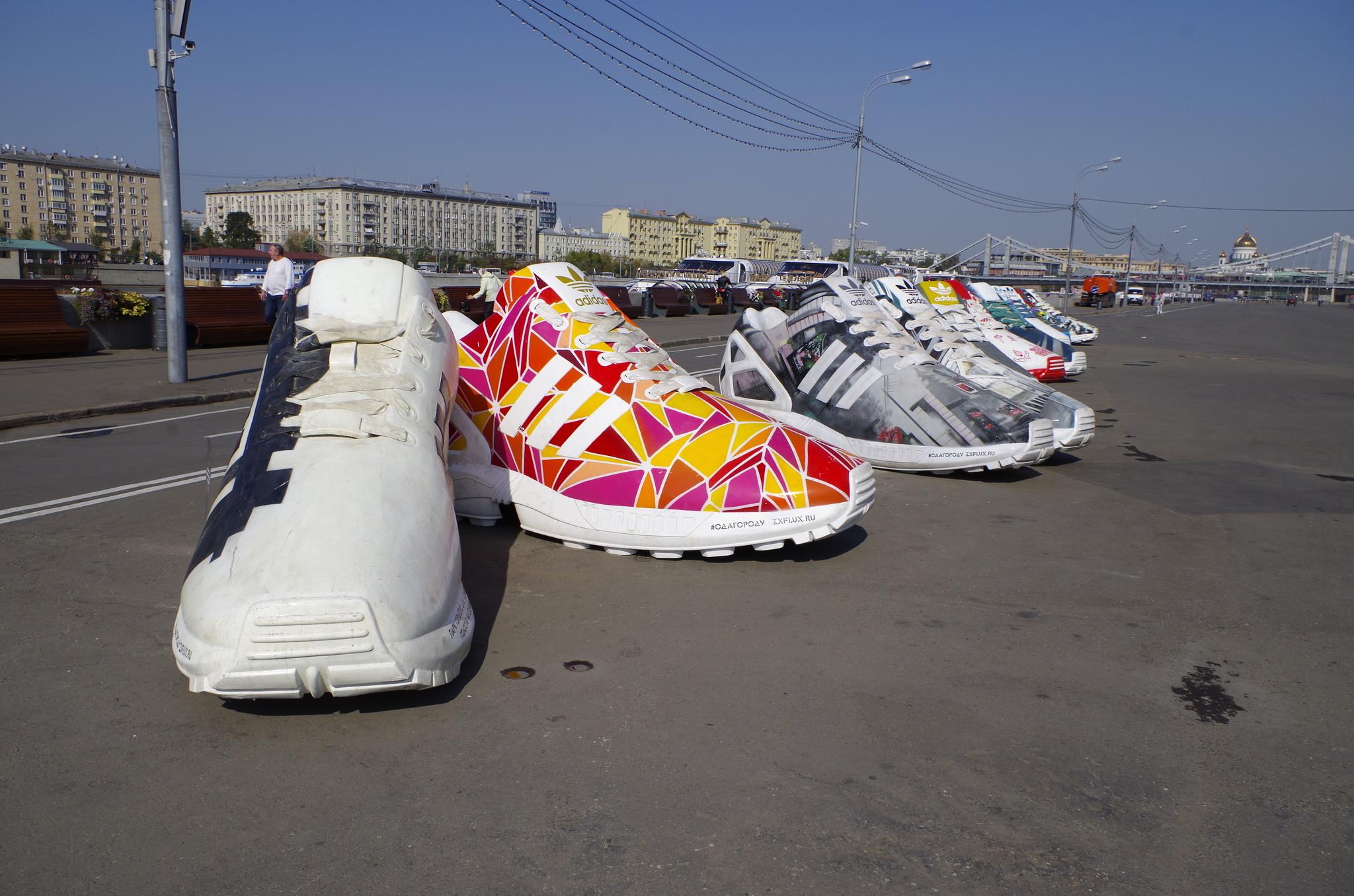 Прототипом уникальных инсталляций стала модель кроссовок adidas Originals ZX Flux из легендарной серии ZX