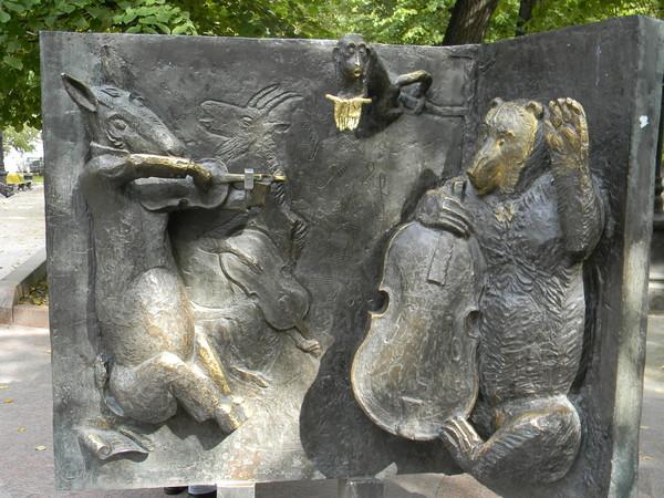 Медведь с музыкантами оркестра