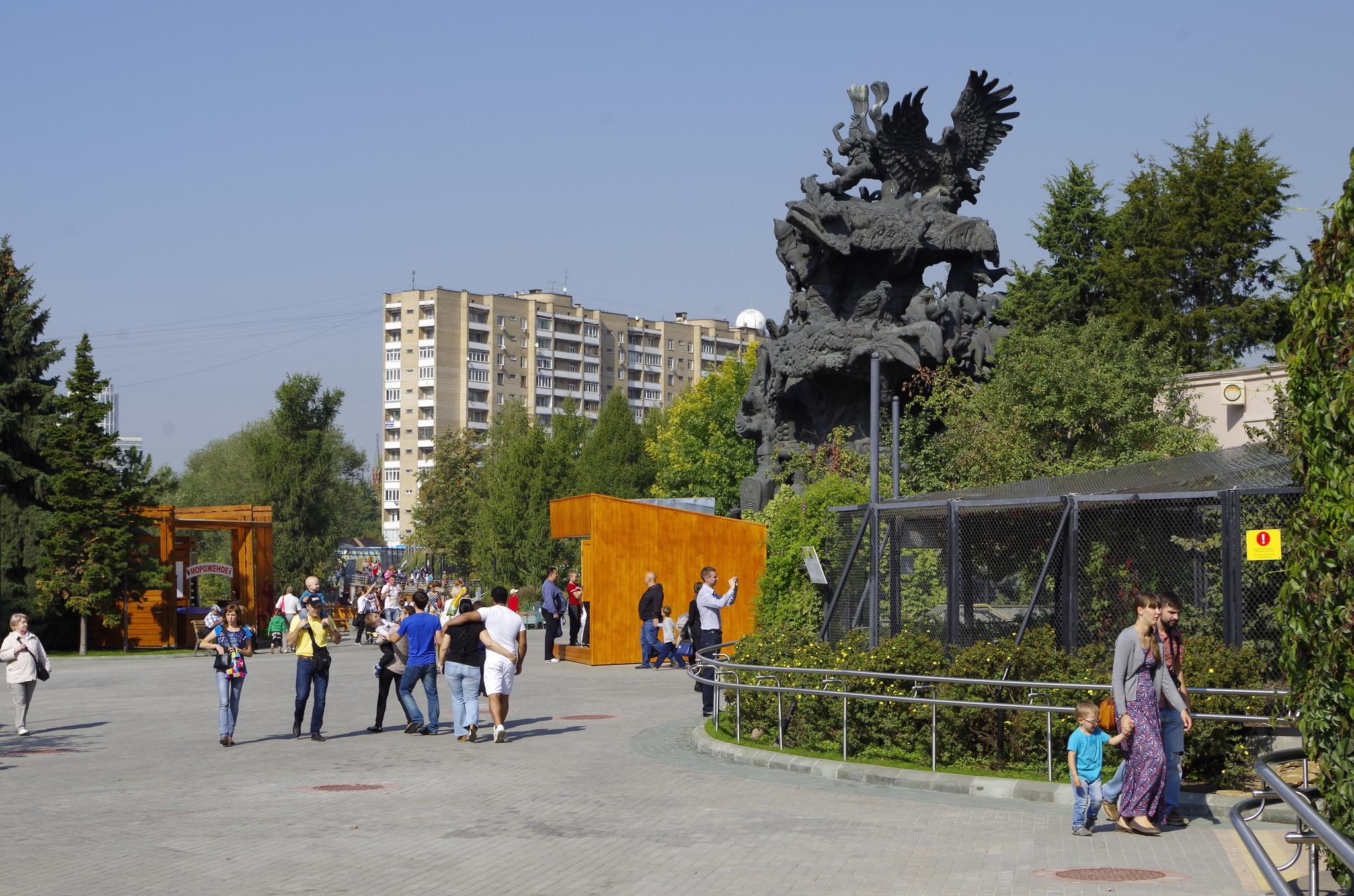 Скульптура «Дерево сказок» — работа скульптора Зураба Церетели, установленная в Московском зоопарке