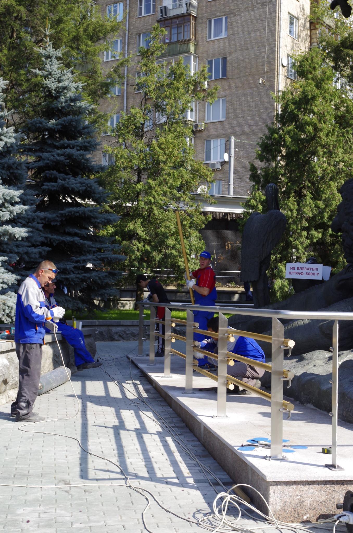 У скульптуры «Дерево сказок» в Московском зоопарке