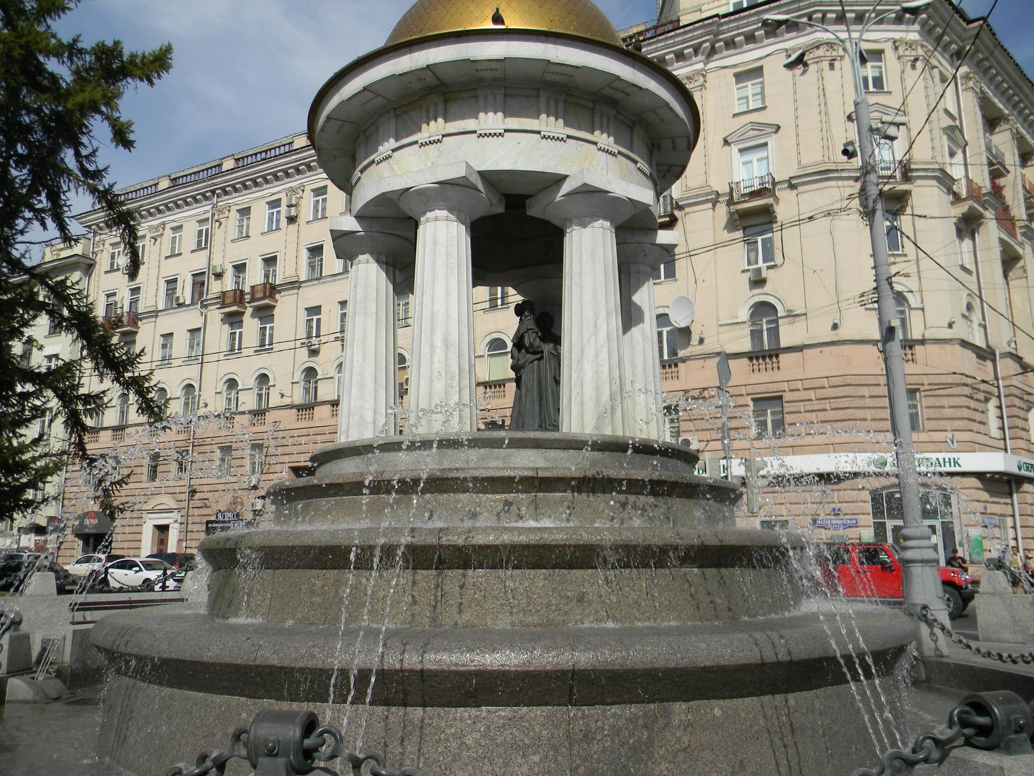 Фонтан-ротонда «Наталья и Александр» на площади у Никитских ворот