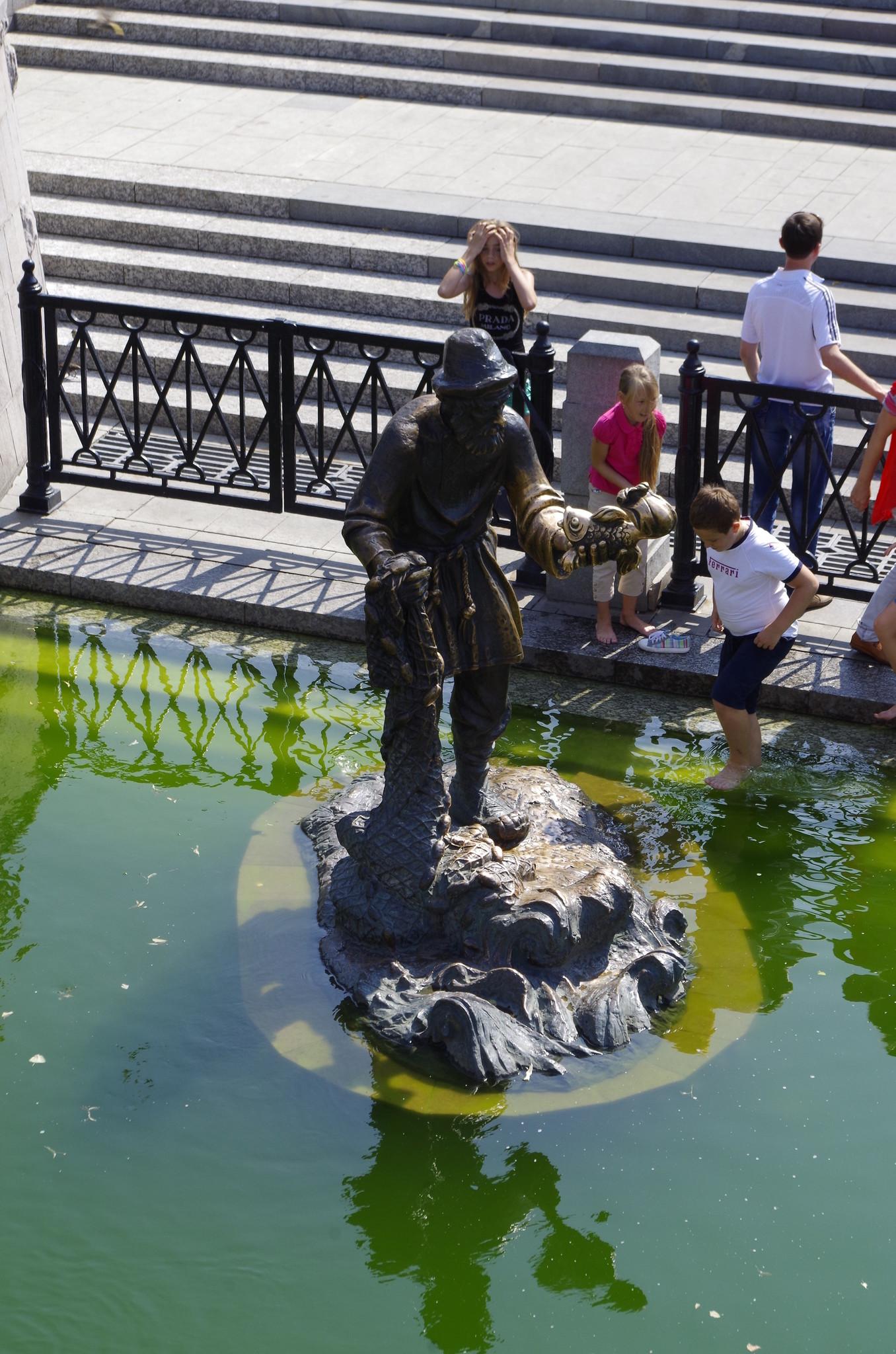 Бронзовый дед с золотой рыбкой - скульптура работы Зураба Константиновича Церетели