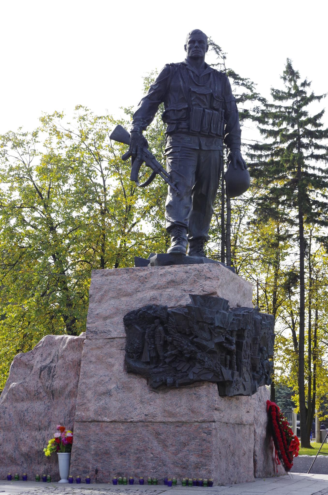 Памятник «Воинам-интернационалистам» (скульпторы С.А. Щербаков, С.С. Щербаков, архитекторы Ю.П. Григорьев, С. Григорьев) установлен в западной части парка Победы на Поклонной горе
