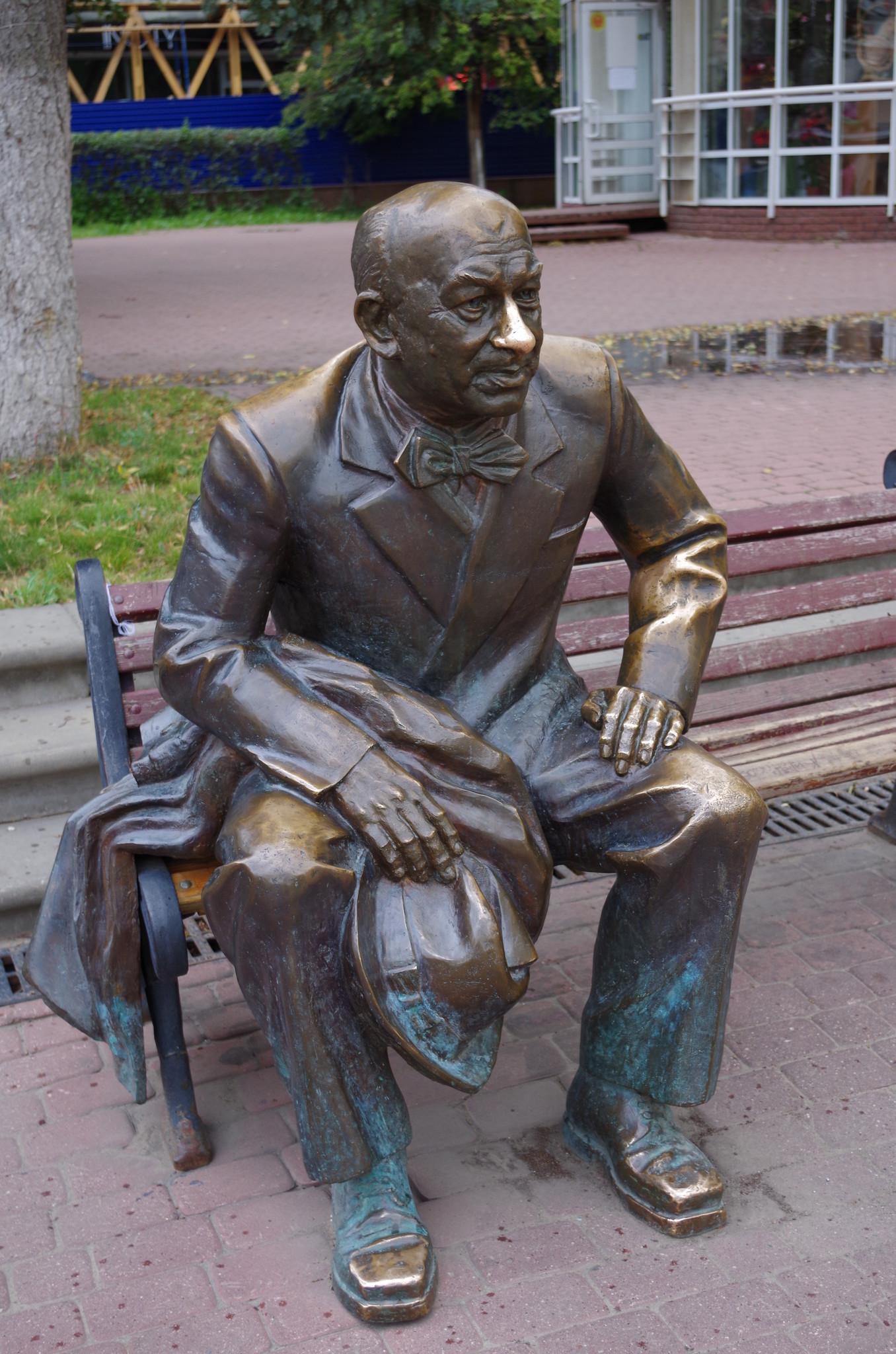Возле Нижегородского академического театра драмы установлена скульптура Евгения Александровича Евстигнеева